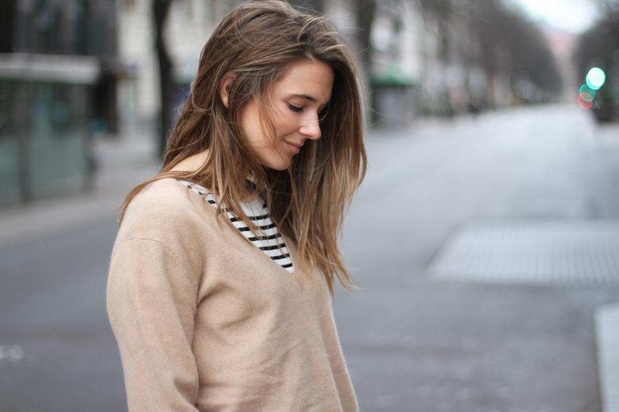 clochet - beige cashmere sweater - steve madden leo slipons_-4