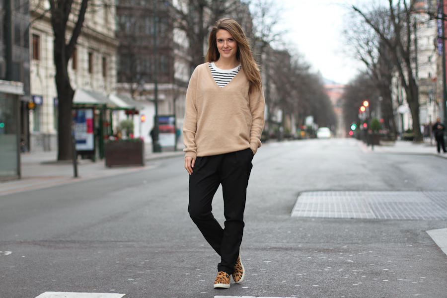 clochet - beige cashmere sweater - steve madden leo slipons_
