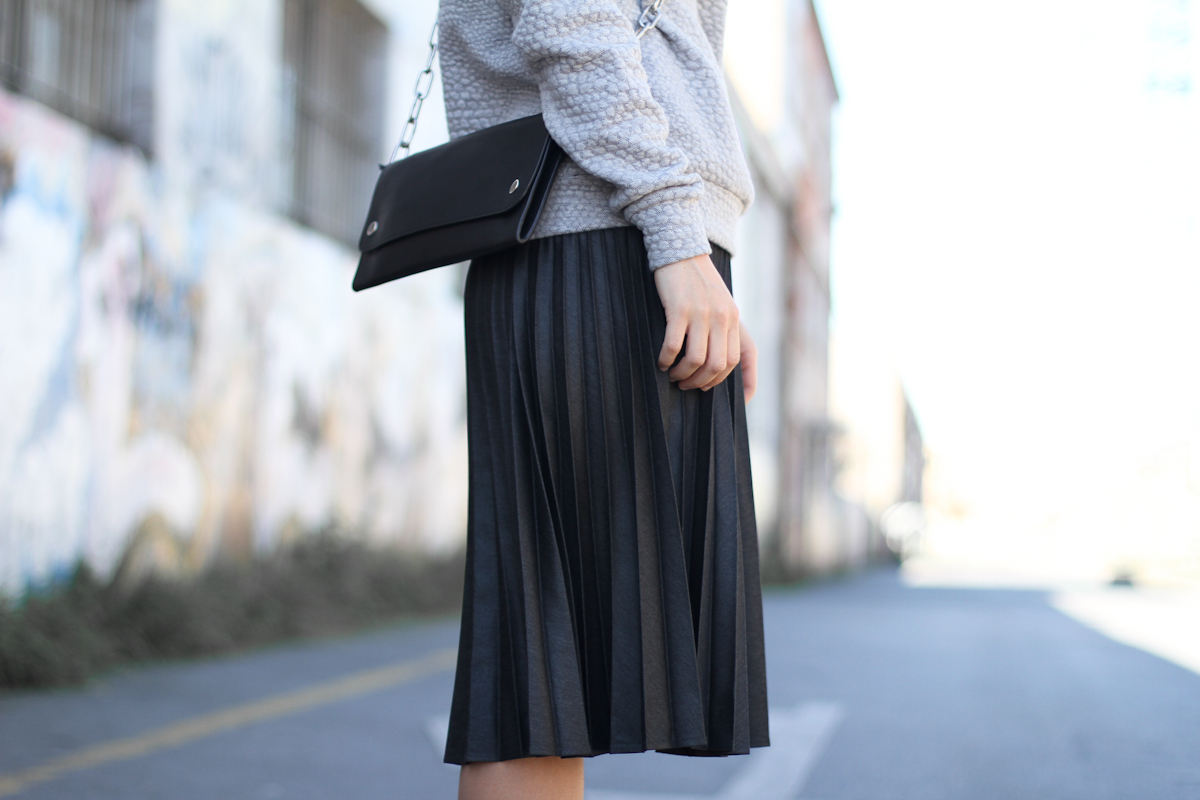 clochet - streetstyle - outfit - acne shiloh clutch - mango premium leather jacket- pleated skirt-4