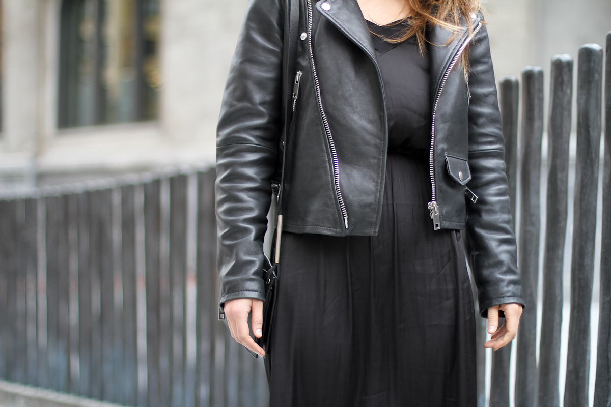 clochet - streetstyle - outfit -mango leather biker jacket - converse - h&m tren midi dress-2