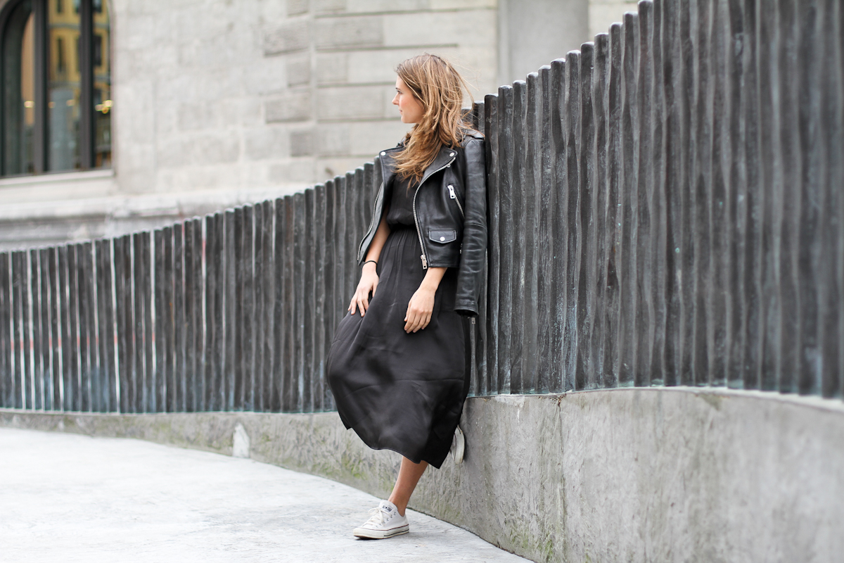 clochet - streetstyle - outfit -mango leather biker jacket - converse - h&m tren midi dress-3