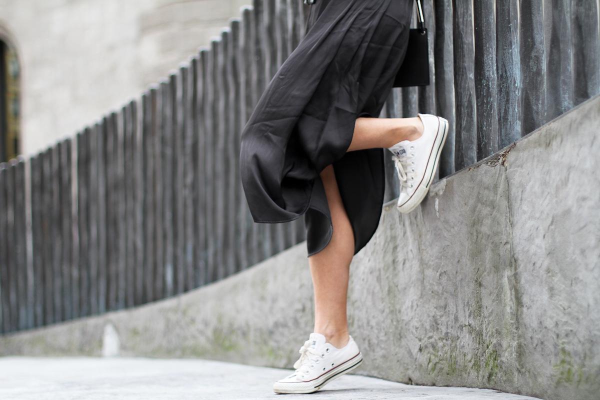 clochet - streetstyle - outfit -mango leather biker jacket - converse - h&m tren midi dress-6