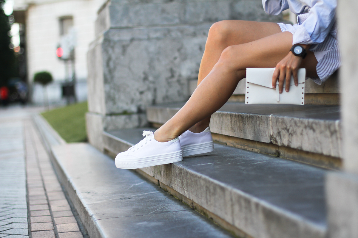 clochet - outfit- streetstyle - alexander wang style shorts - blue shirt - white platform sneakers