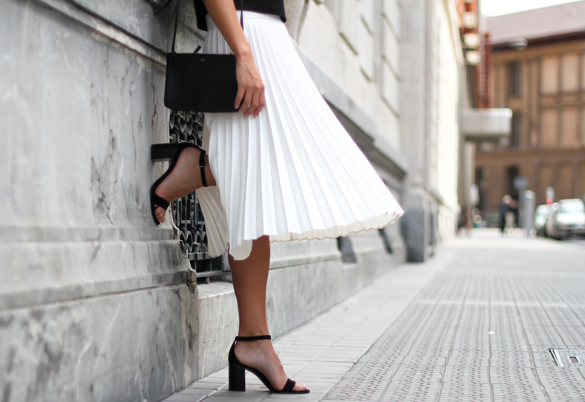 Clochet_Outfit_Streetstyle_zara_white_pleated_skirt_studio_cropped_top_-3