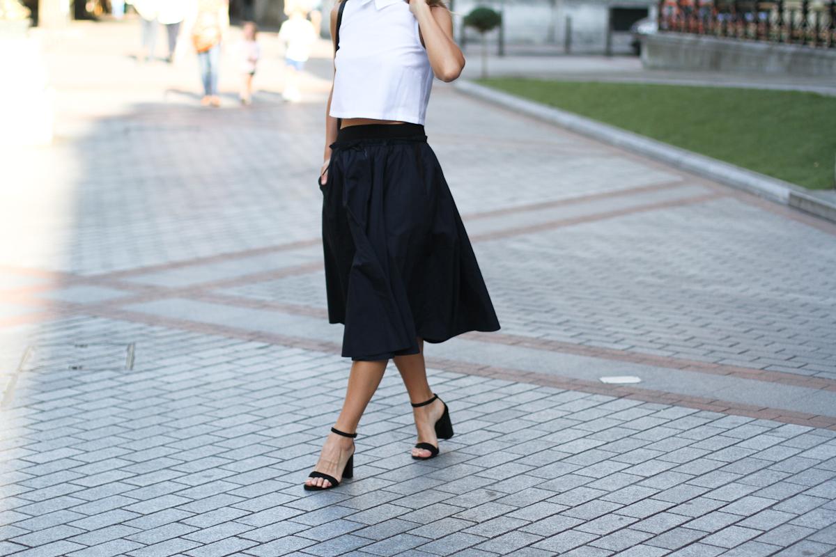 Clochet_outfit_streetstyle_suiteblanco_cropped_shirt_zara_popelin_skirt_-8