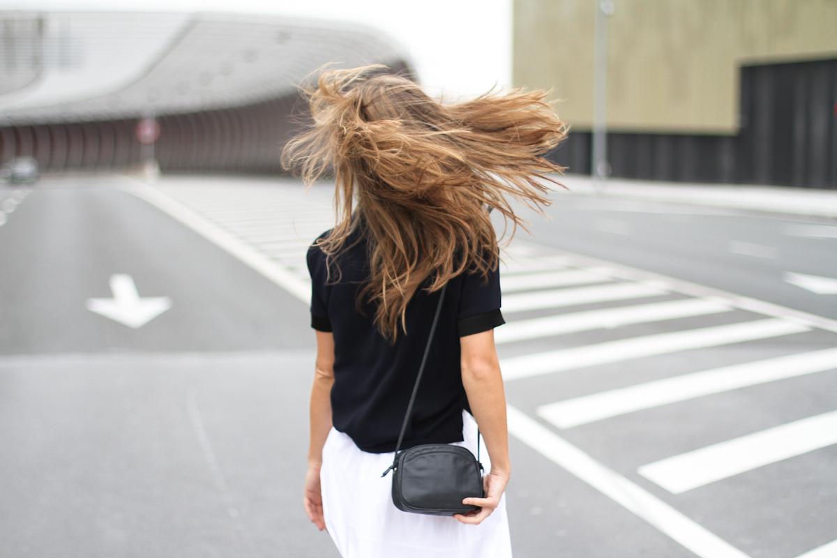 Clochet_outfit_streetstyle_zara_white_midi_skirt_birckenstock_arizona_-9