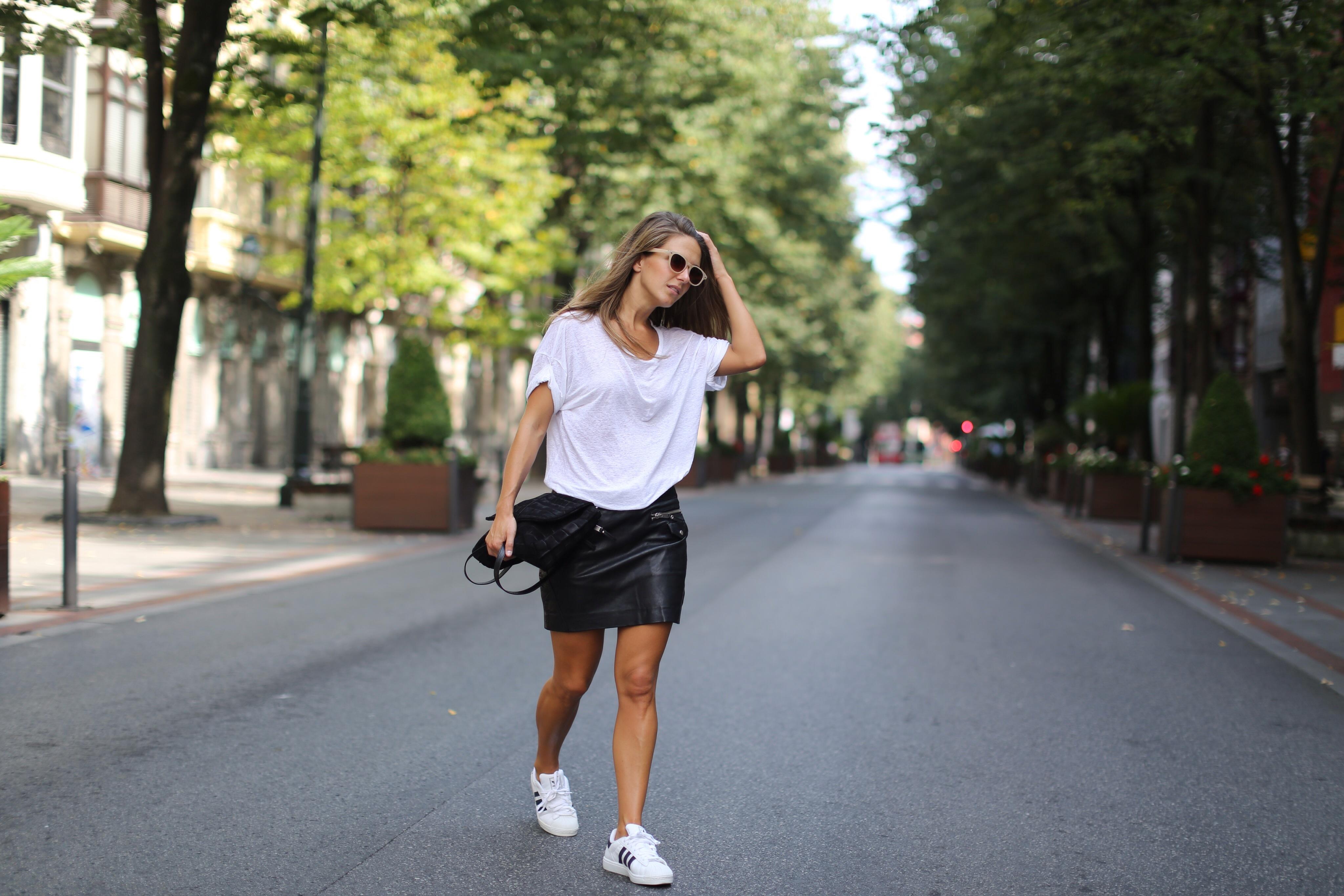 Clochet_mango_leather_mini_skirt_adidas_superstar_isabel_marant_linen_tshirt_02