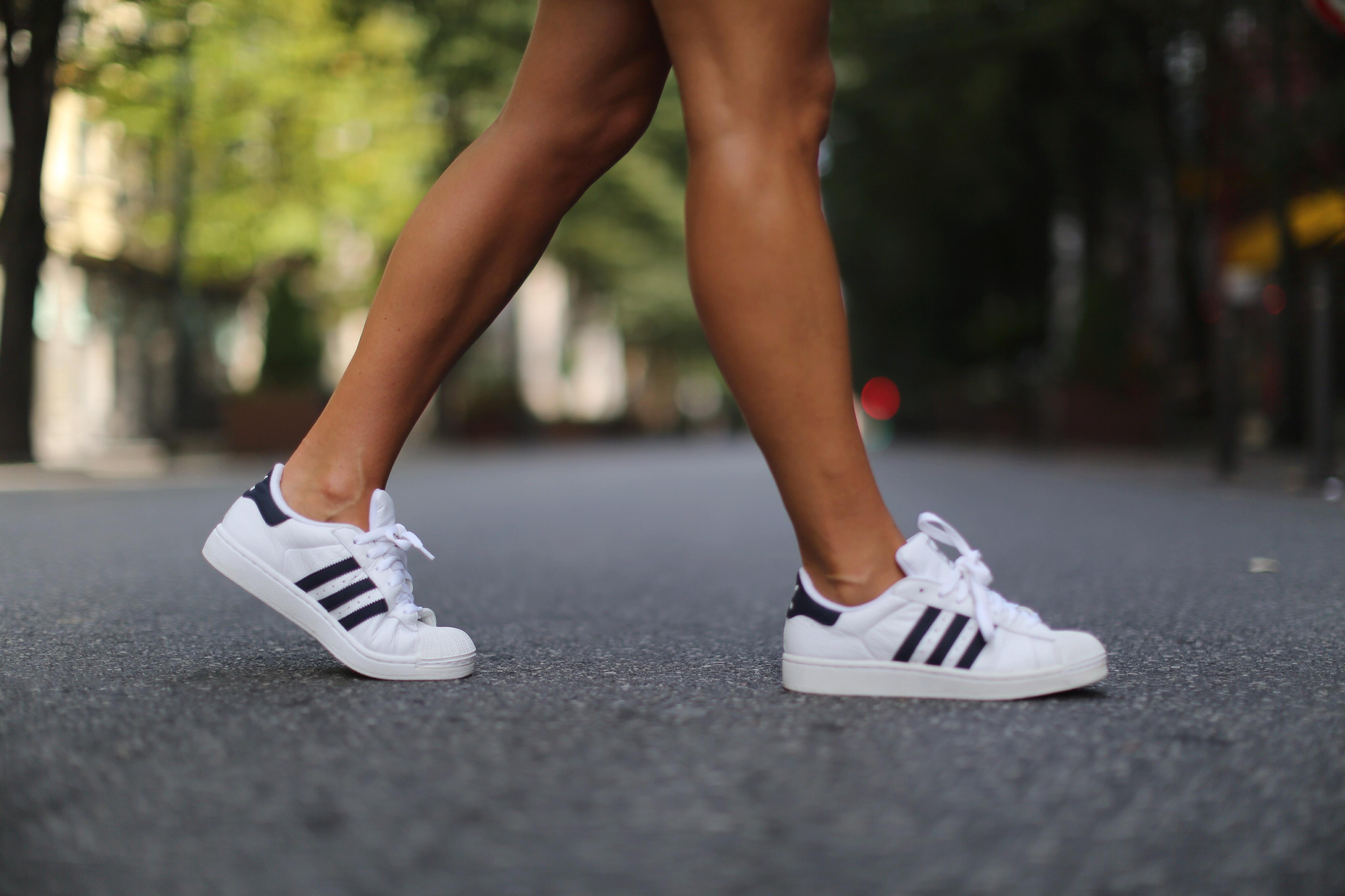 Clochet_mango_leather_mini_skirt_adidas_superstar_isabel_marant_linen_tshirt_03