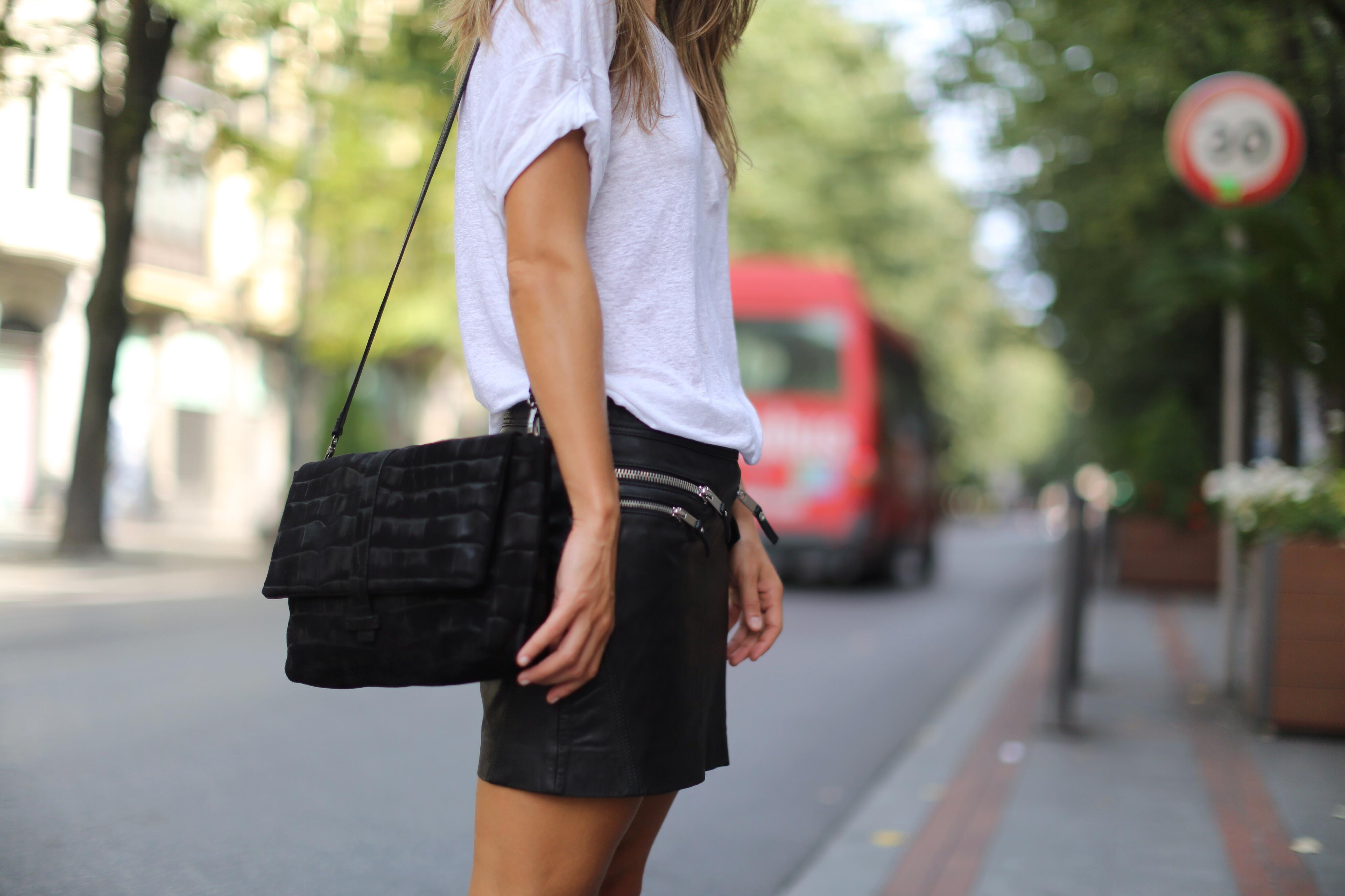 Clochet_mango_leather_mini_skirt_adidas_superstar_isabel_marant_linen_tshirt_05
