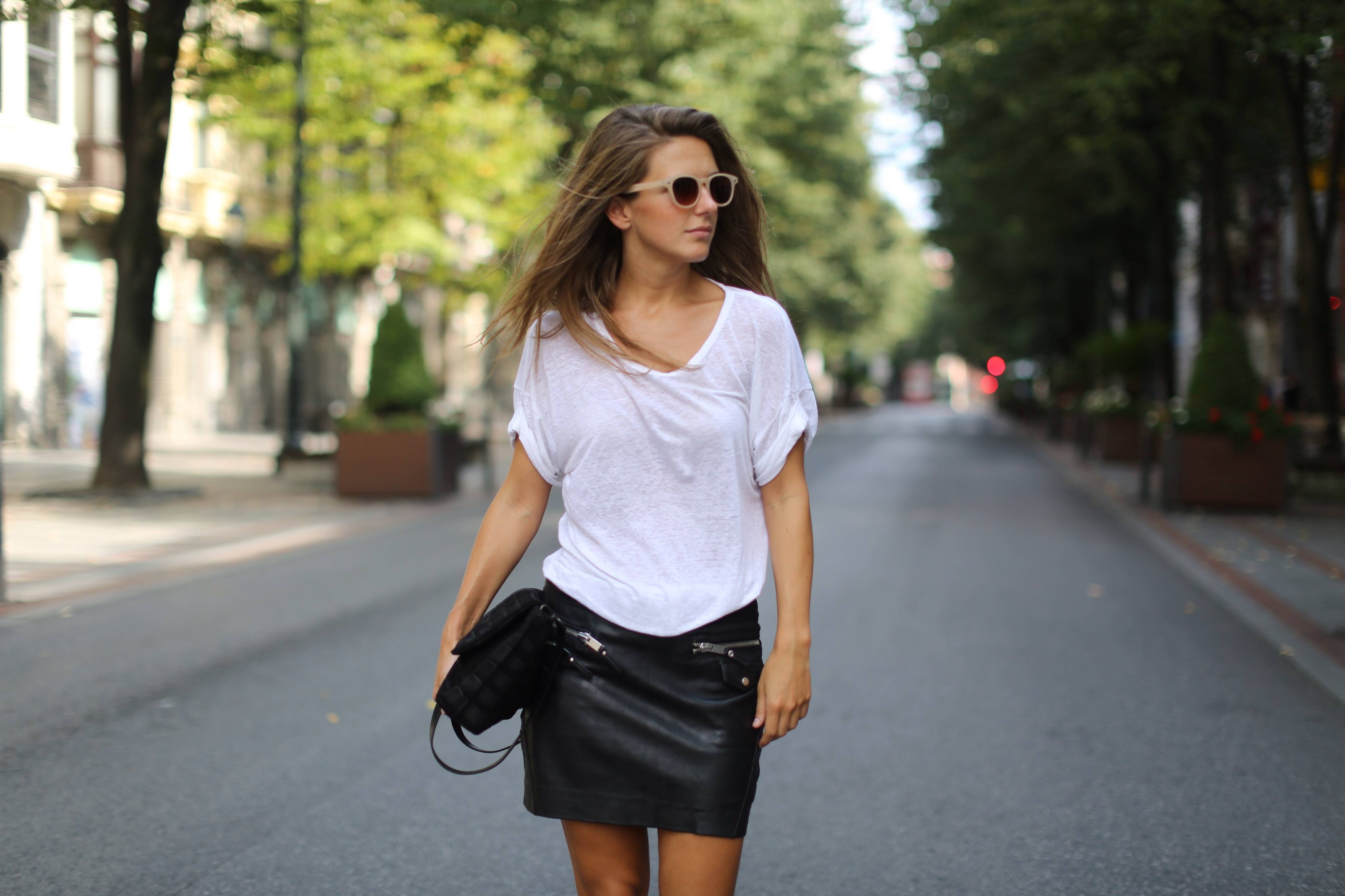 Clochet_mango_leather_mini_skirt_adidas_superstar_isabel_marant_linen_tshirt_07