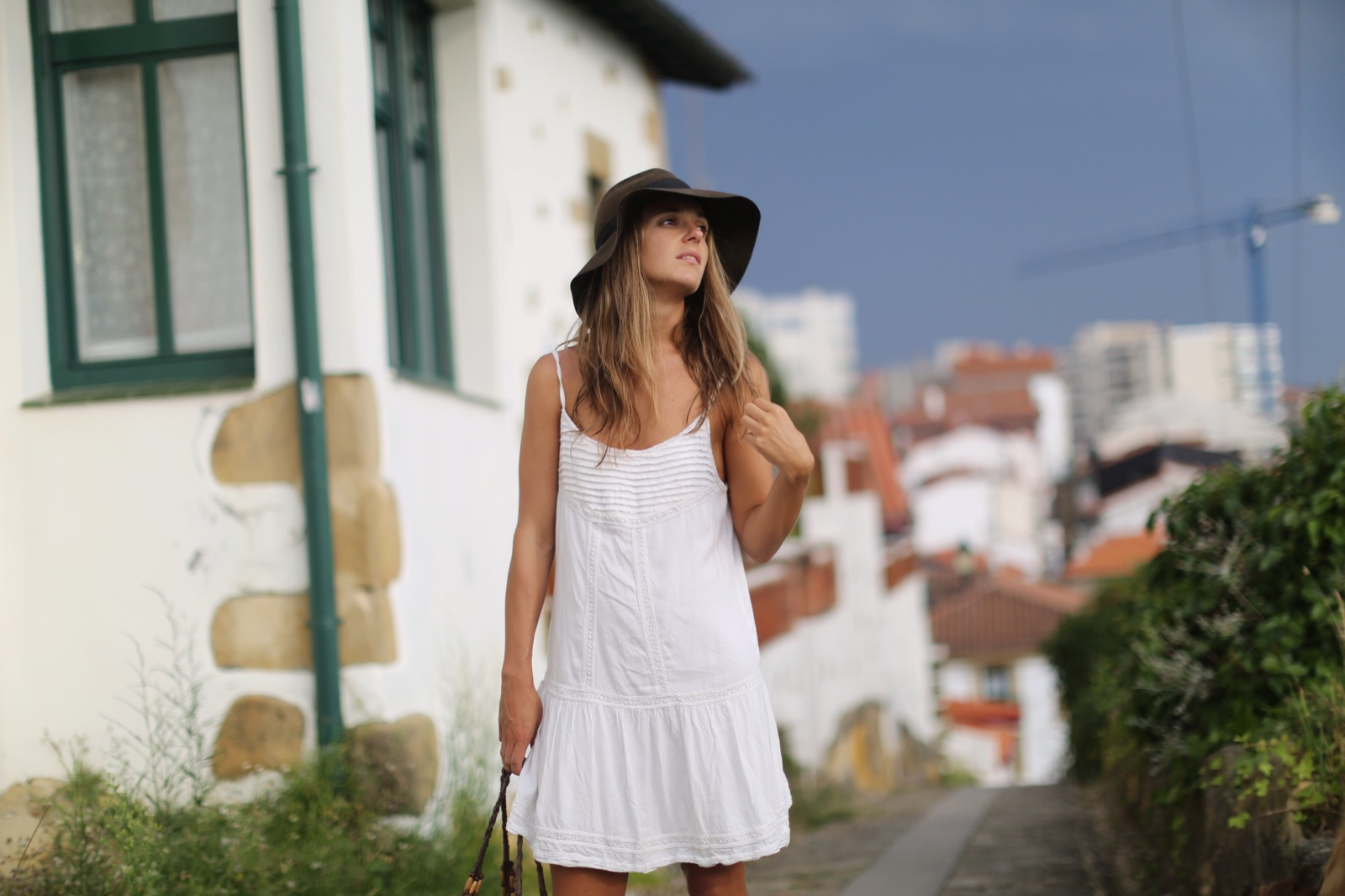 Clochet_suiteblanco_white_boho_dress_zara_fedora_hat_straw_basket_06