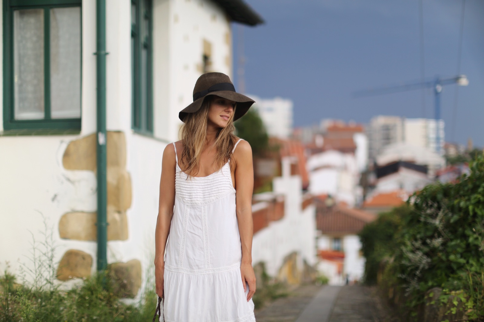 Clochet_suiteblanco_white_boho_dress_zara_fedora_hat_straw_basket_08