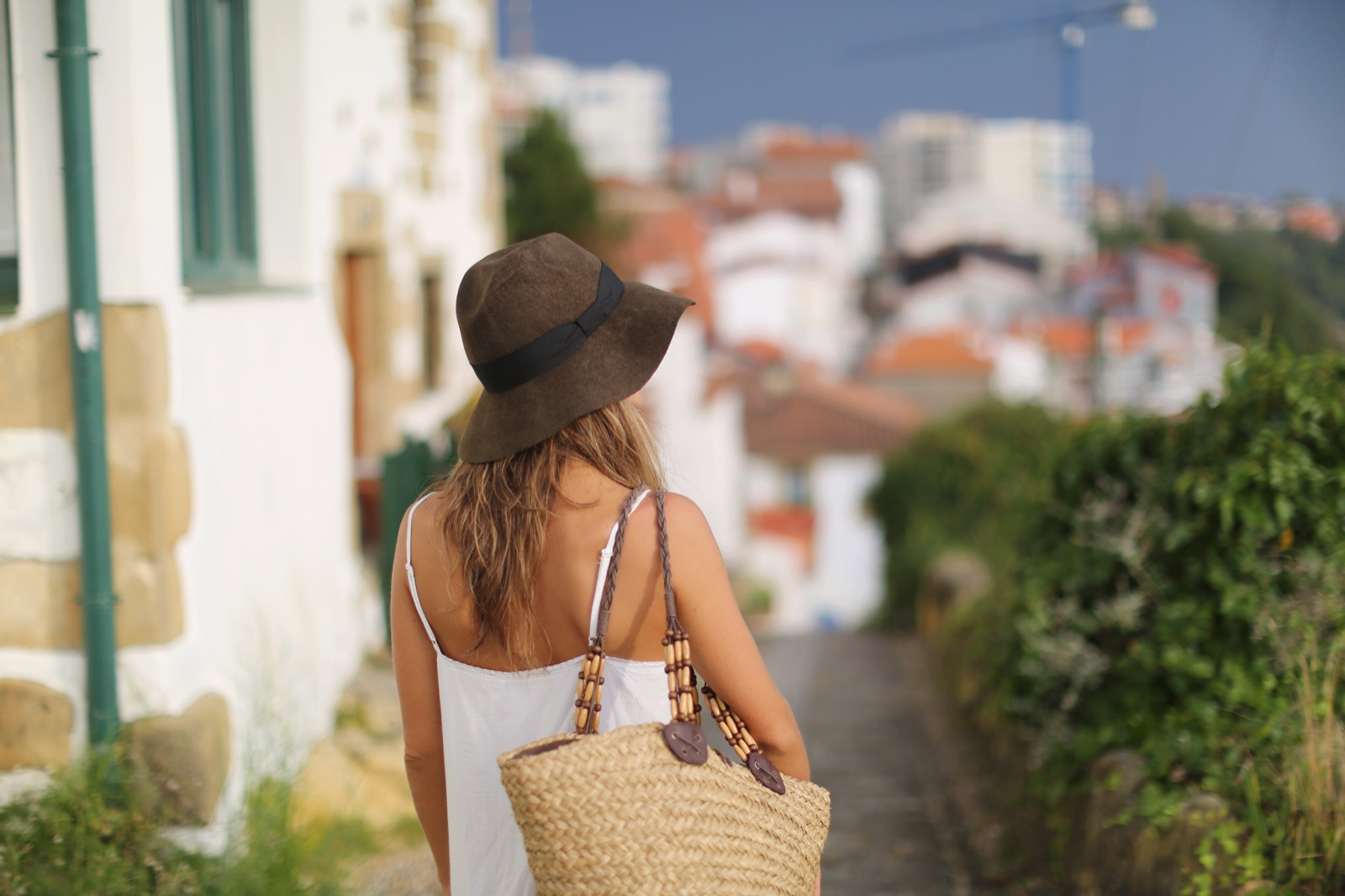 Clochet_suiteblanco_white_boho_dress_zara_fedora_hat_straw_basket_12