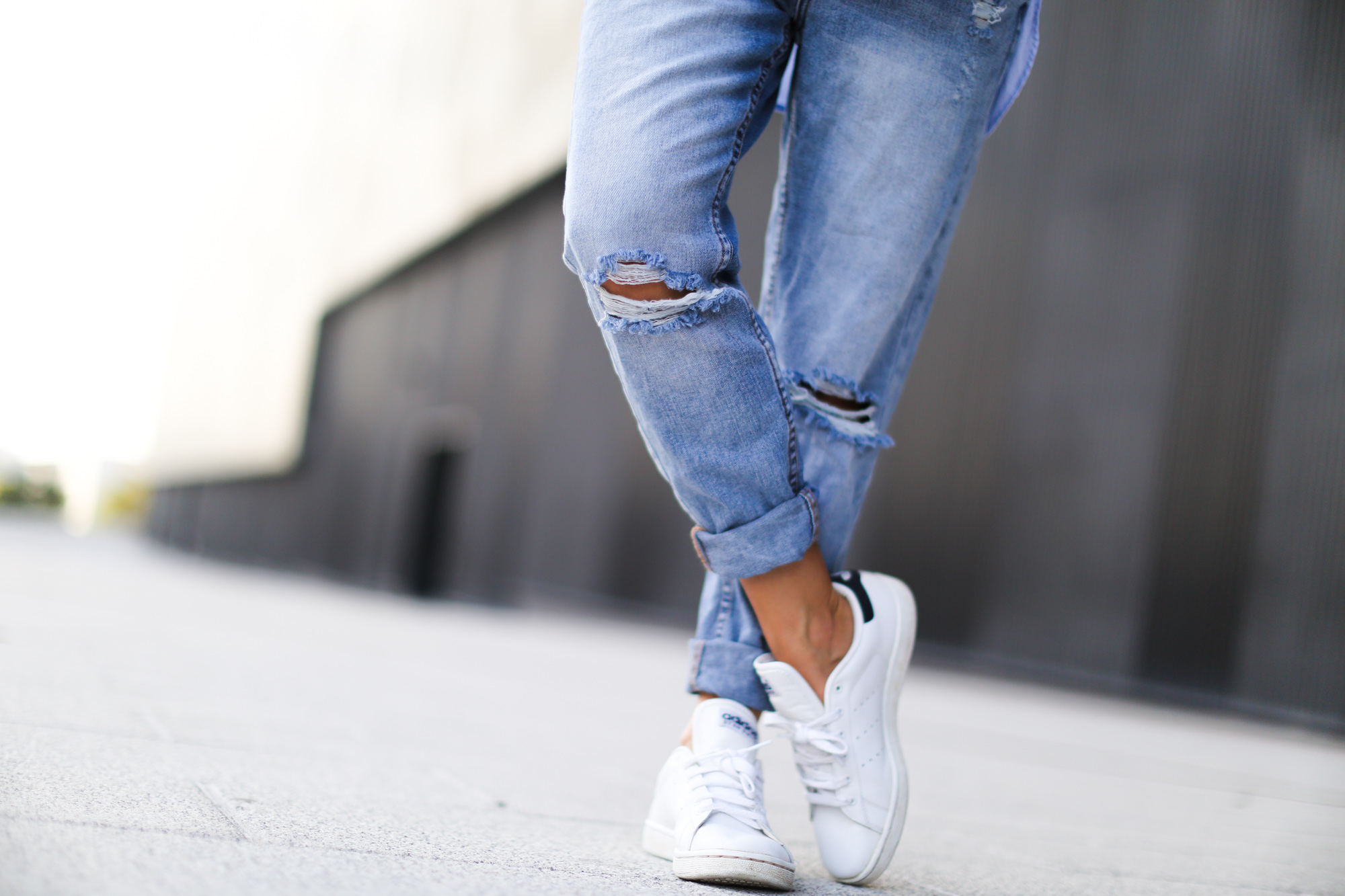 Clochet-streetstyle-suiteblanco-boyfriend-jeans-striped-sweater-adidas-stan-smith-9