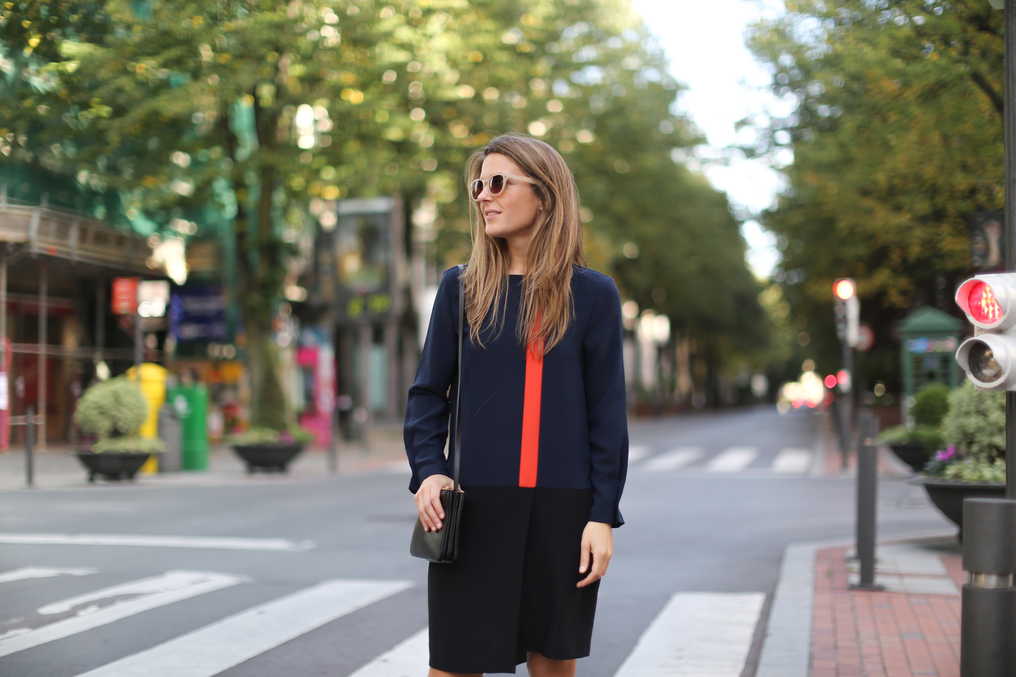 Clochet-streetstyle-zara-orange-navy-dress-celine-trio-bag-3