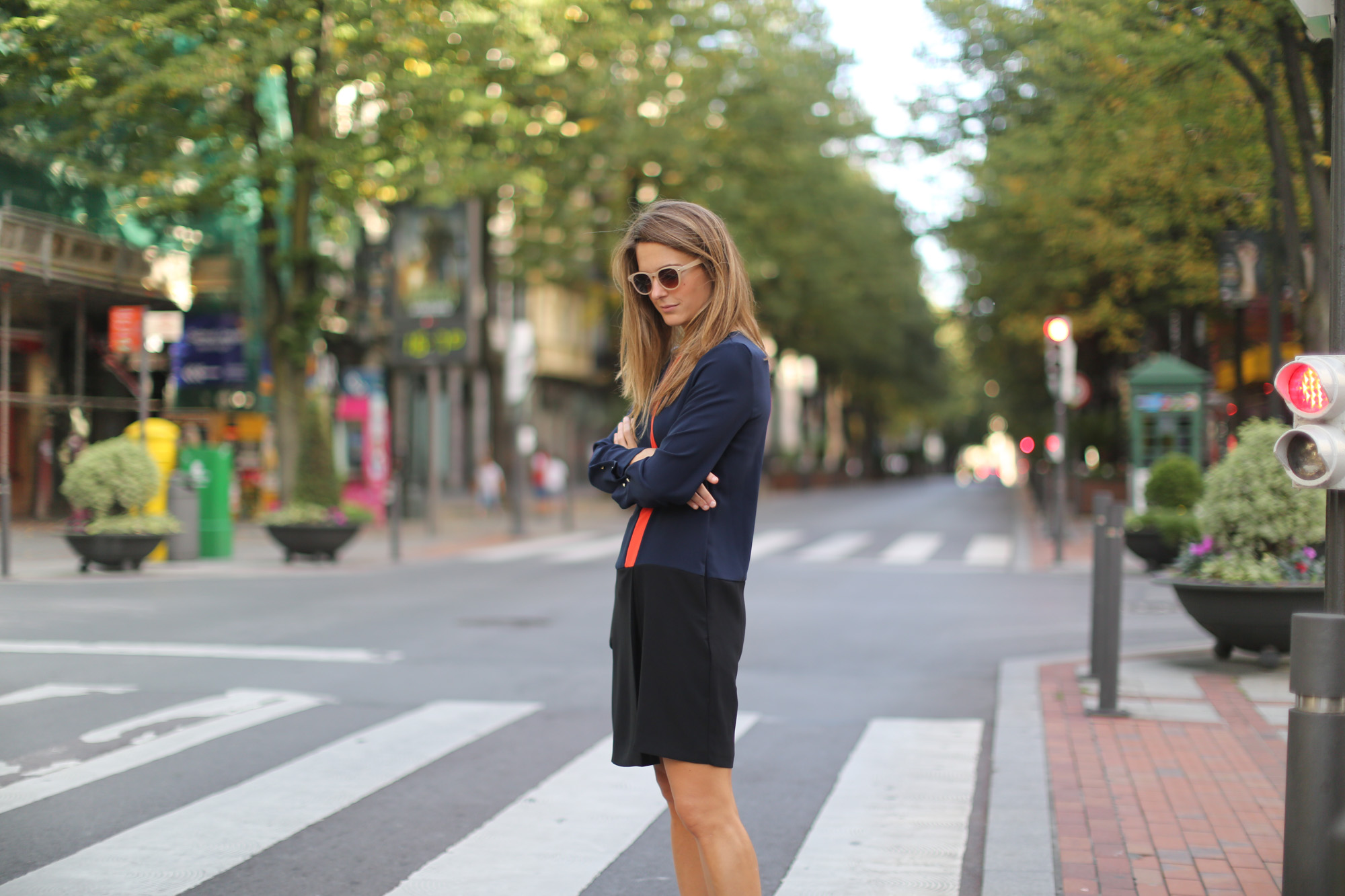 Clochet-streetstyle-zara-orange-navy-dress-celine-trio-bag-4