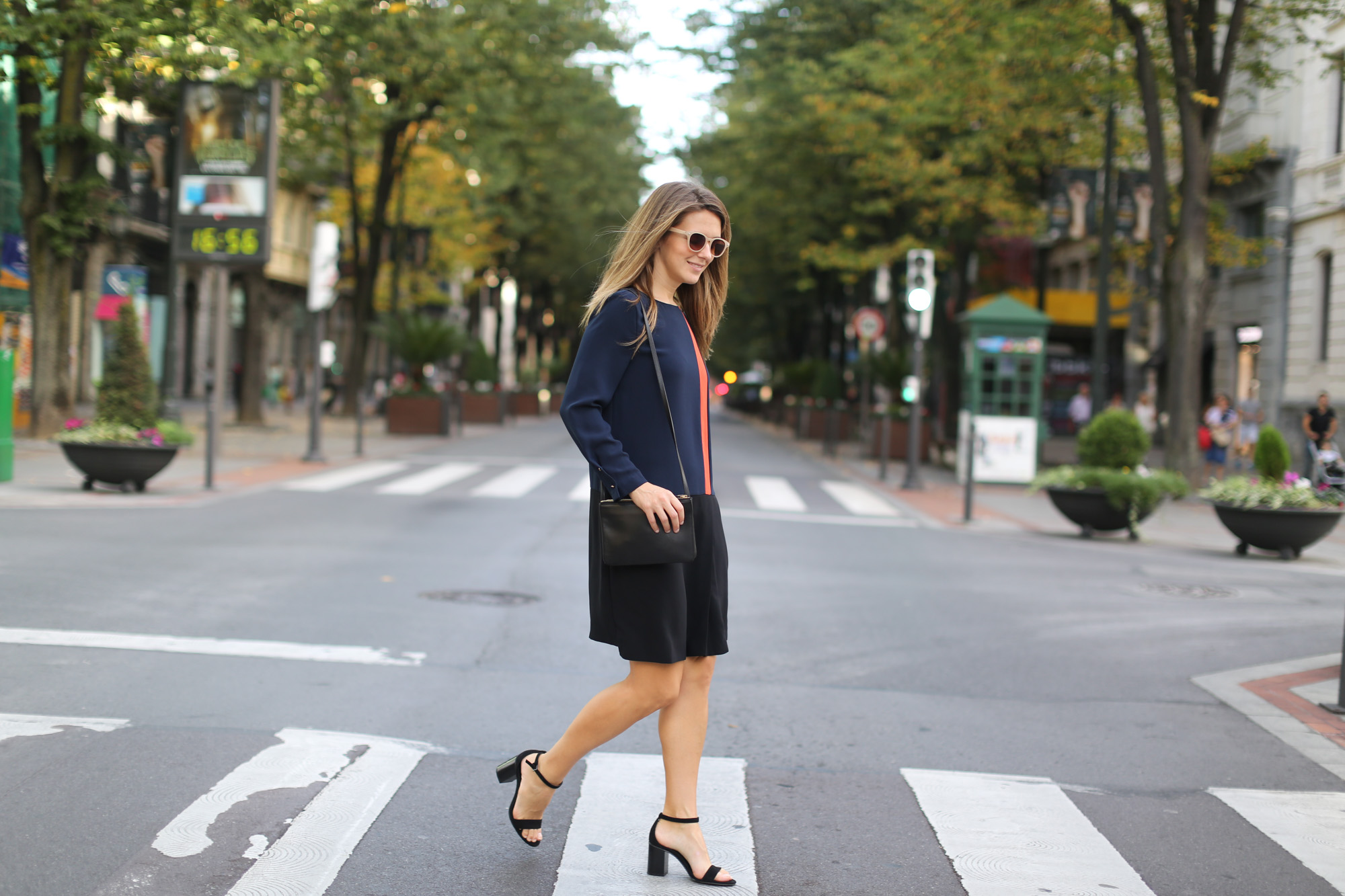 Clochet-streetstyle-zara-orange-navy-dress-celine-trio-bag