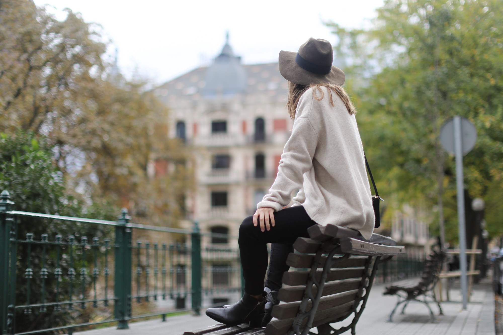Clochet-streetstyle-celine-trio-bag-zara-oversized-knit-fedora-hat-5
