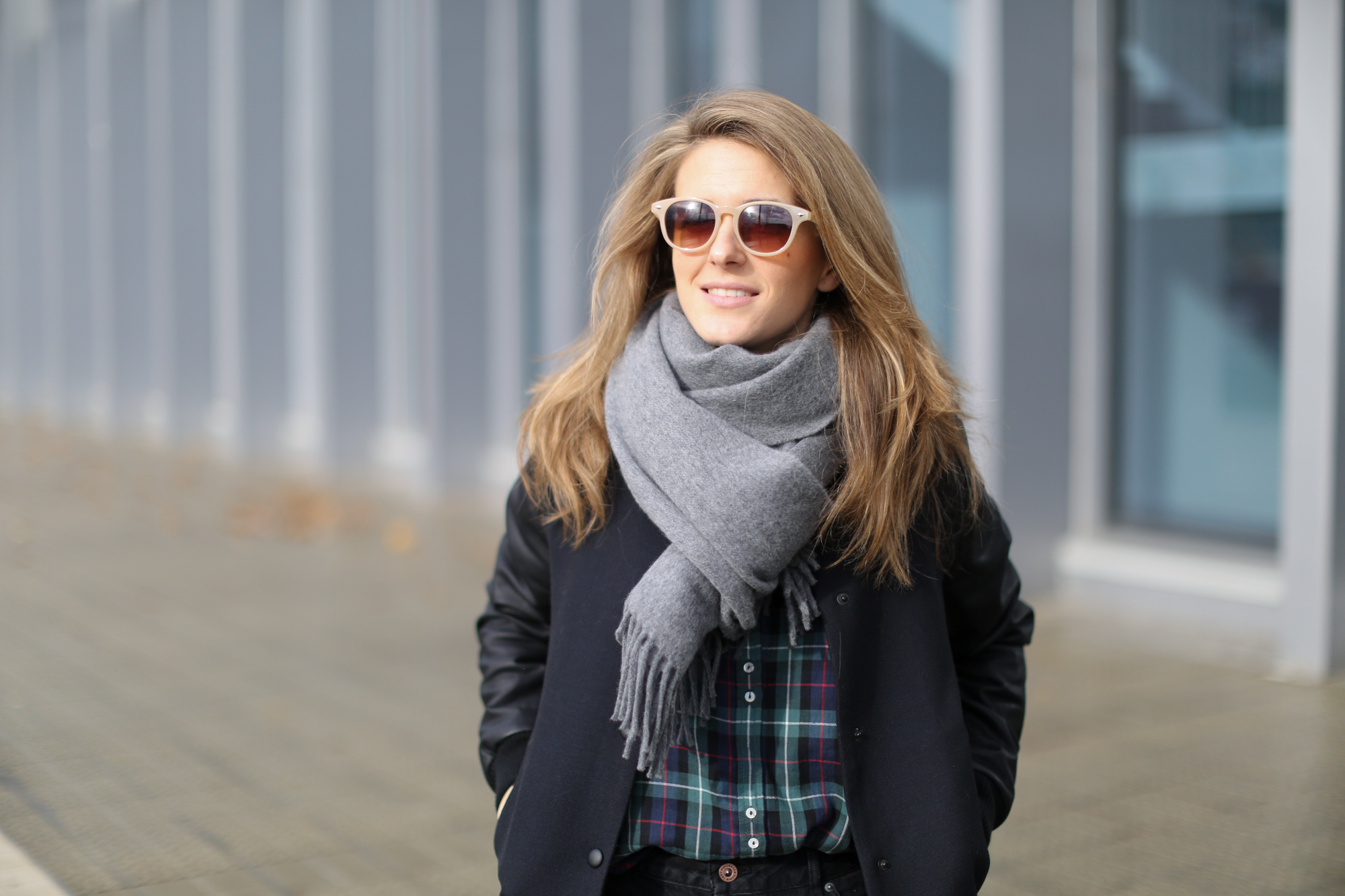 4edab79c7ef Clochet-streetstyle-black-girlfriend-jeans-adidas-gazelle-bomber-