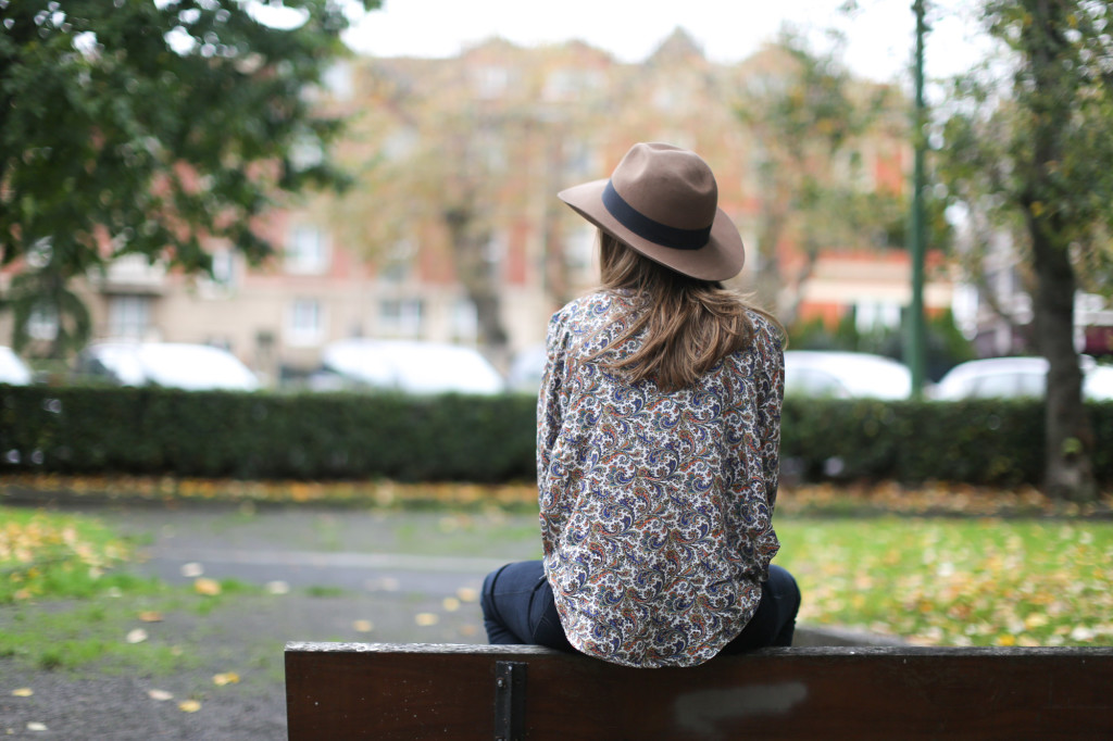 Clochet-streetstyle-fedora-hat-suiteblanco-paisley-shirt-cowboy-boots