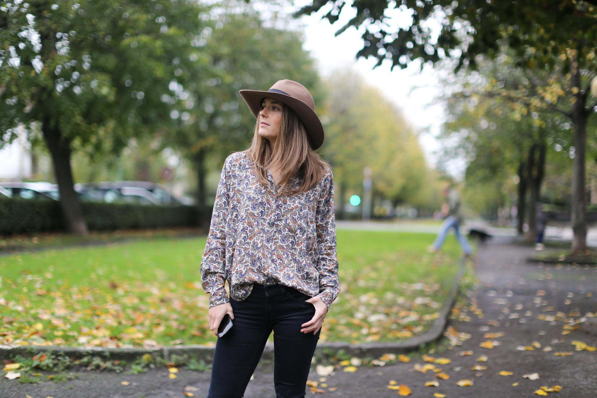 Clochet-streetstyle-fedora-hat-suiteblanco-paisley-shirt-cowboy-boots-7