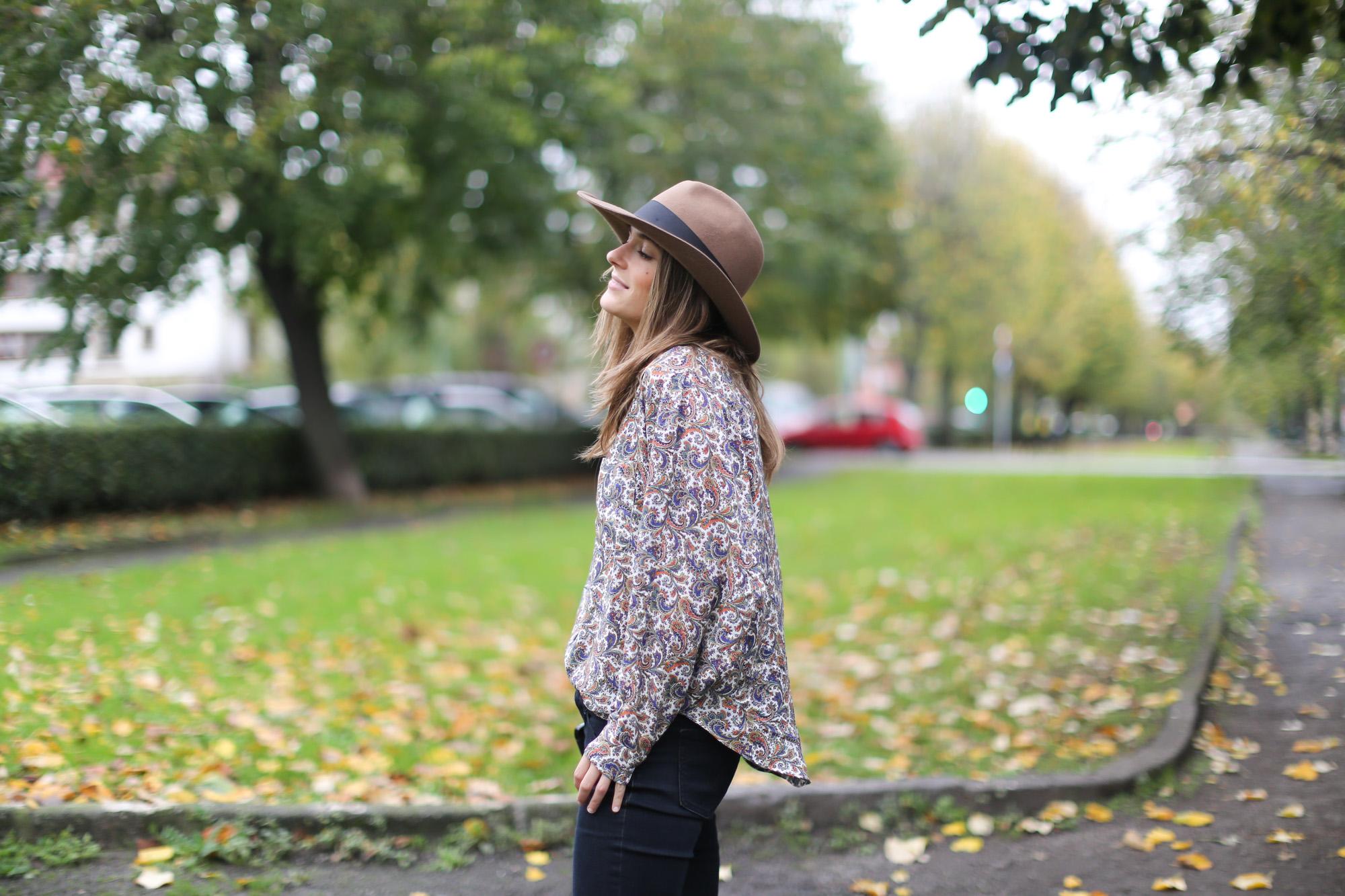 Clochet-streetstyle-fedora-hat-suiteblanco-paisley-shirt-cowboy-boots-8