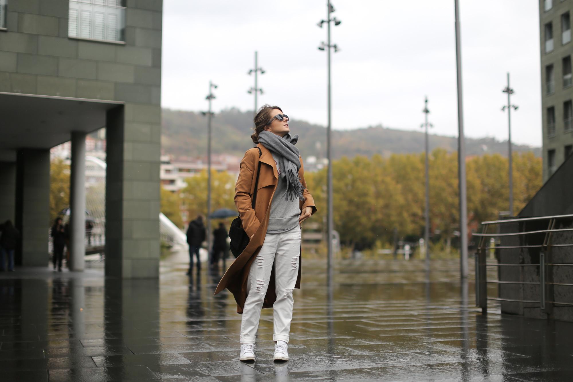 Clochet-streetstyle-isabel-marant-etoile-revolution-sweatshirt-adidas-stan-smith-monki-trench-coat-2