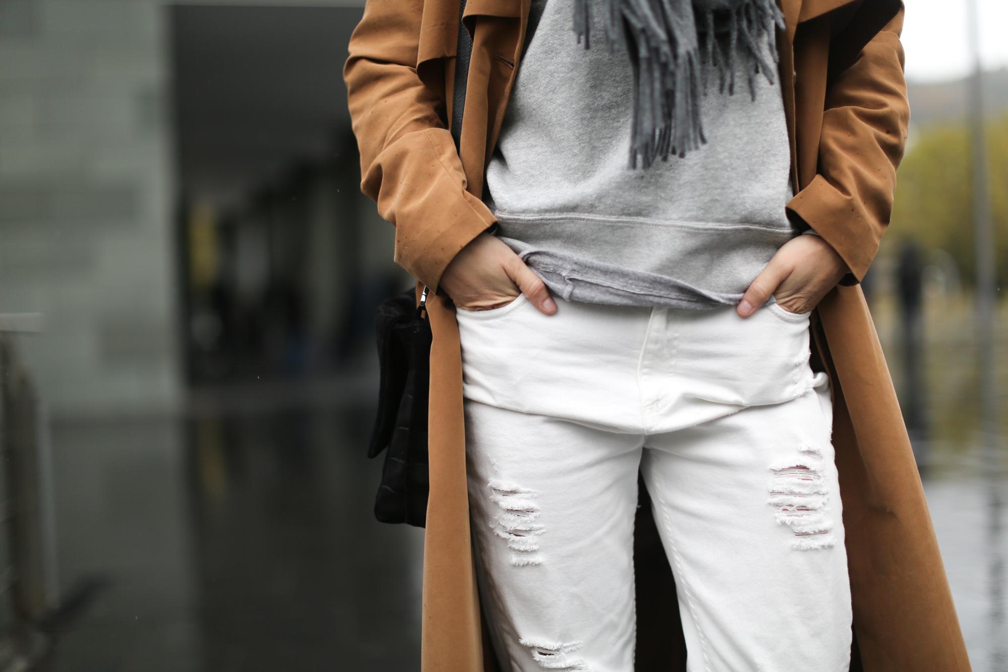 Clochet-streetstyle-isabel-marant-etoile-revolution-sweatshirt-adidas-stan-smith-monki-trench-coat-5