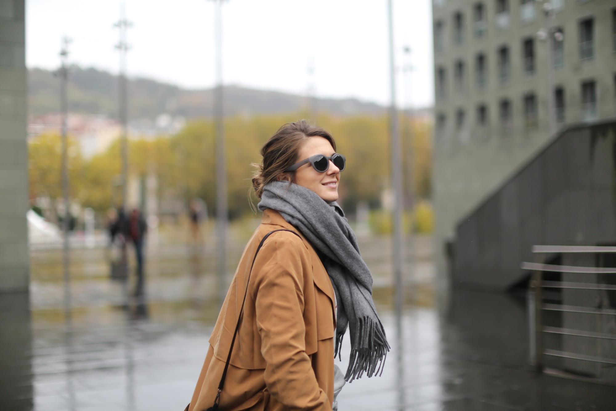 Clochet-streetstyle-isabel-marant-etoile-revolution-sweatshirt-adidas-stan-smith-monki-trench-coat-6