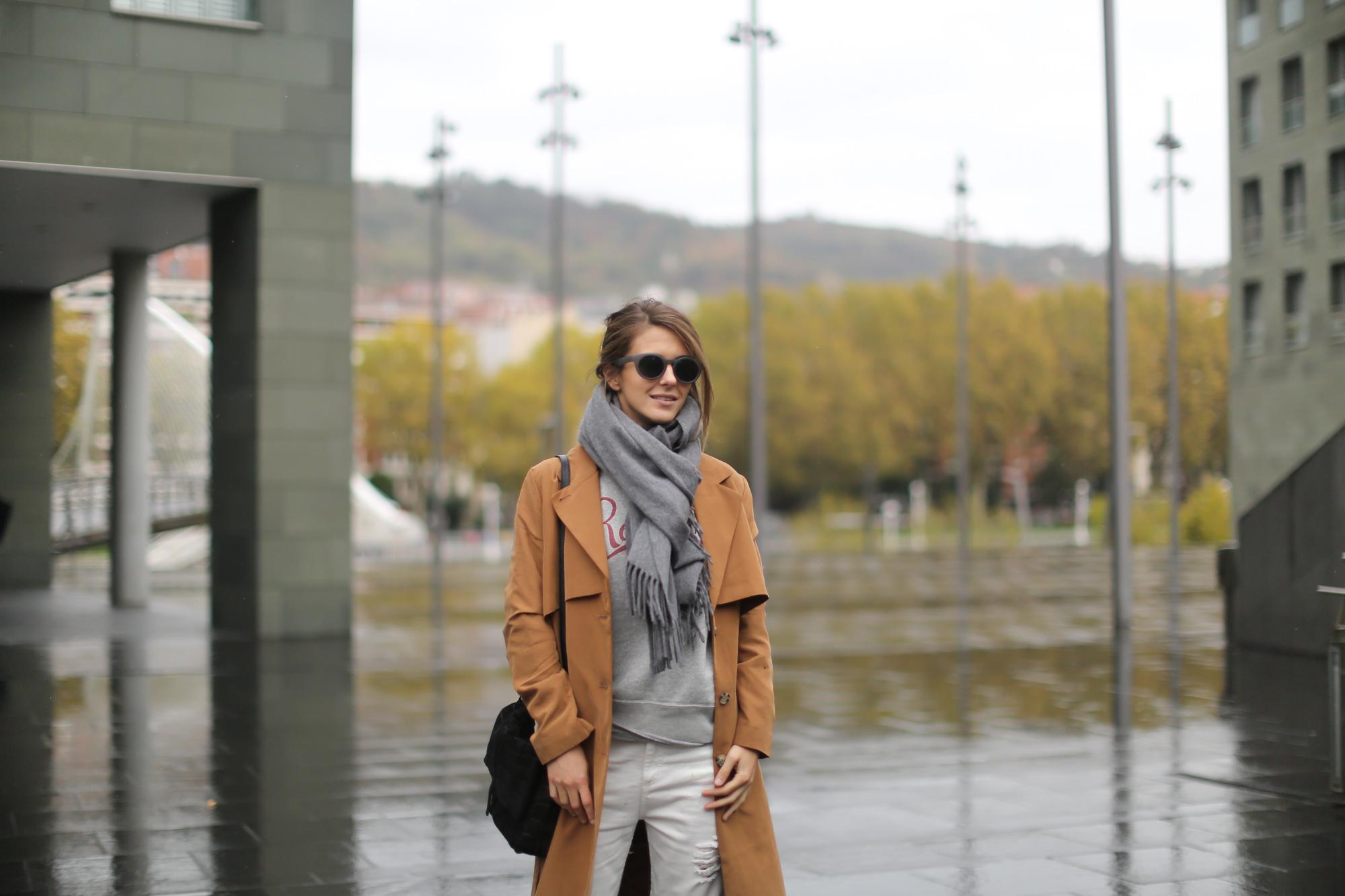 Clochet-streetstyle-isabel-marant-etoile-revolution-sweatshirt-adidas-stan-smith-monki-trench-coat-7