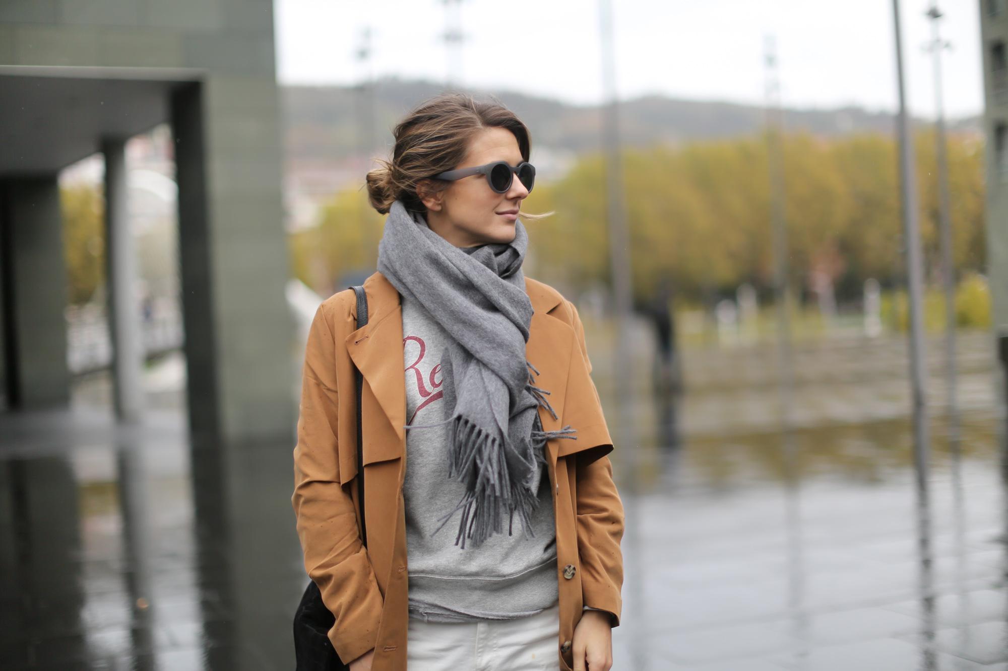 Clochet-streetstyle-isabel-marant-etoile-revolution-sweatshirt-adidas-stan-smith-monki-trench-coat-8