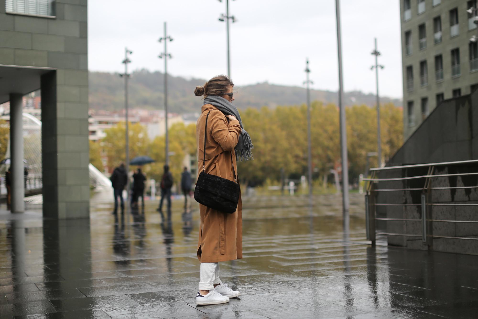 Clochet-streetstyle-isabel-marant-etoile-revolution-sweatshirt-adidas-stan-smith-monki-trench-coat