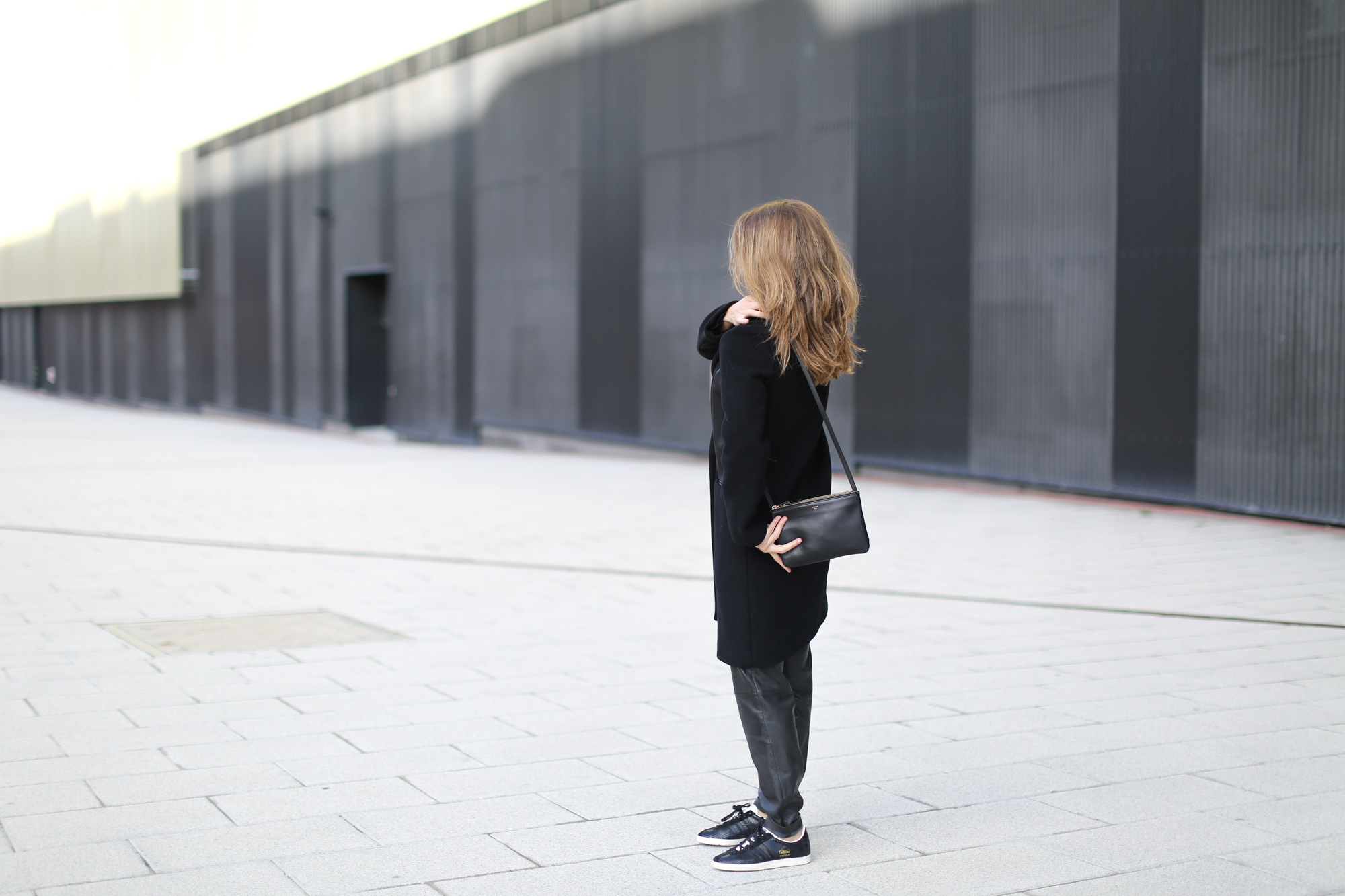 Clochet-streetstyle-sandro-black-wool-leather-coat-mango-leather-baggy-trousers-adidas-gazelle-2