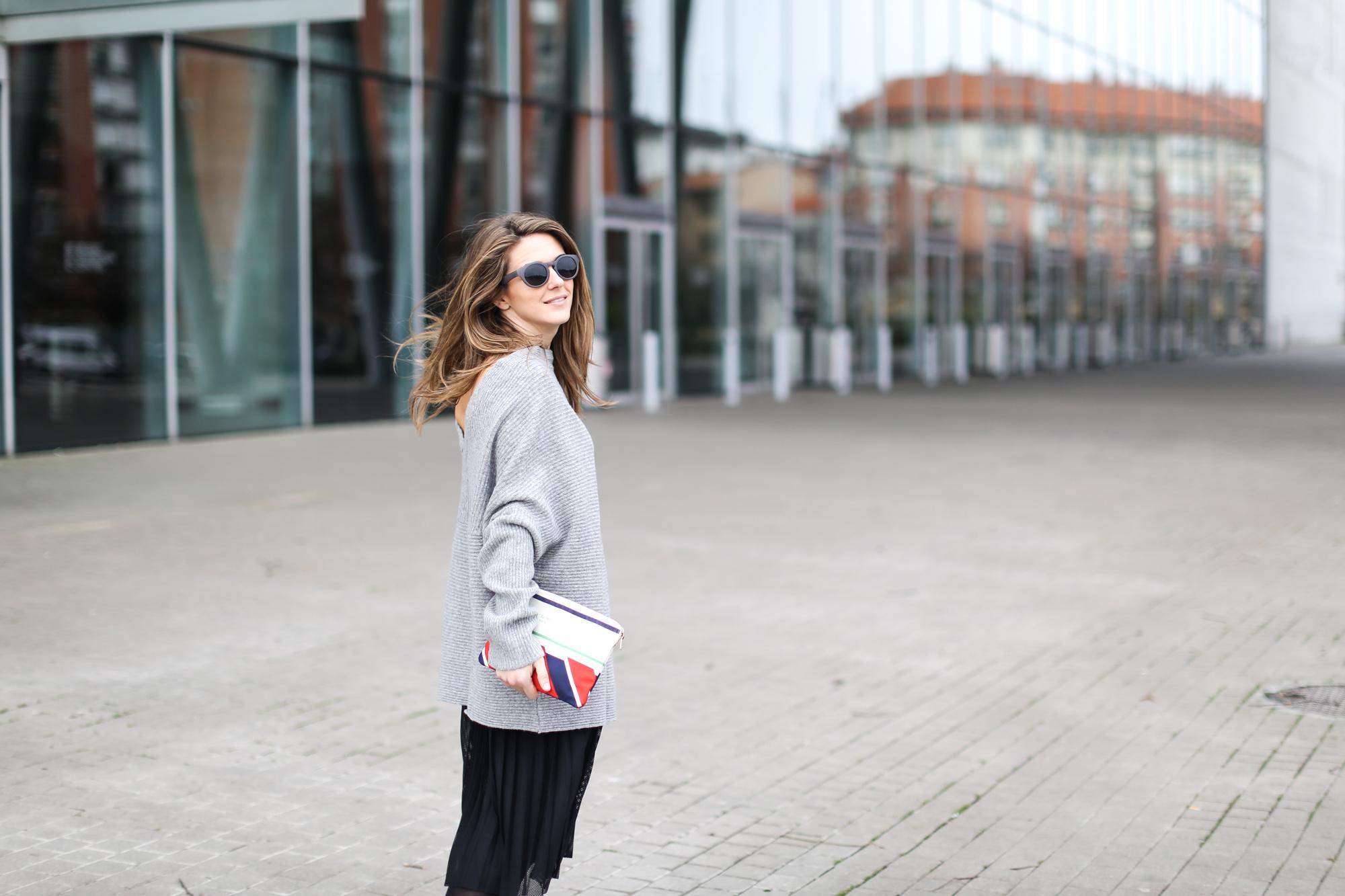 Clochet-streetstyle-zara-oversized-grey-knit-adidas-gazelle-suiteblanco-falda-plisada-celine-paris-clutch-11