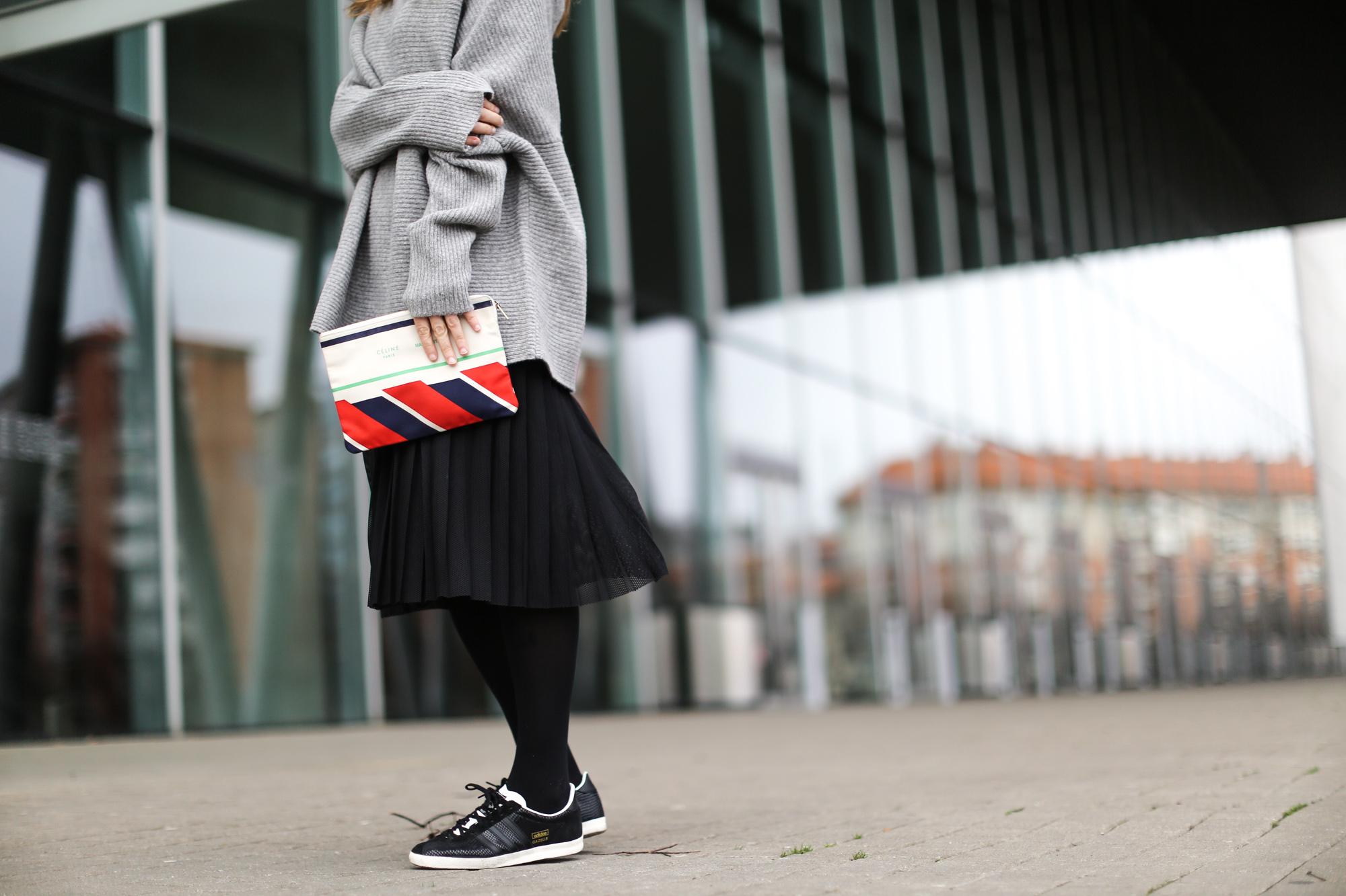Clochet-streetstyle-zara-oversized-grey-knit-adidas-gazelle-suiteblanco-falda-plisada-celine-paris-clutch-4