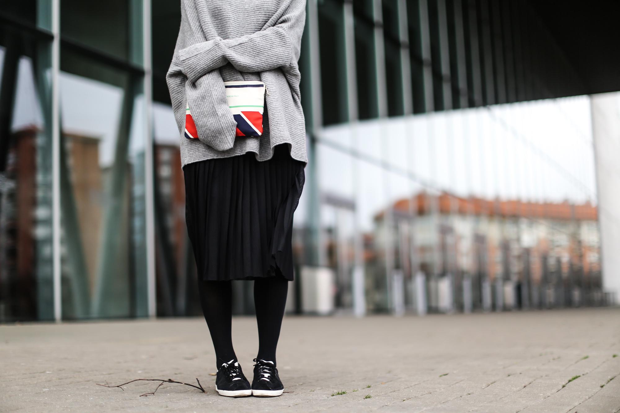 Clochet-streetstyle-zara-oversized-grey-knit-adidas-gazelle-suiteblanco-falda-plisada-celine-paris-clutch-5