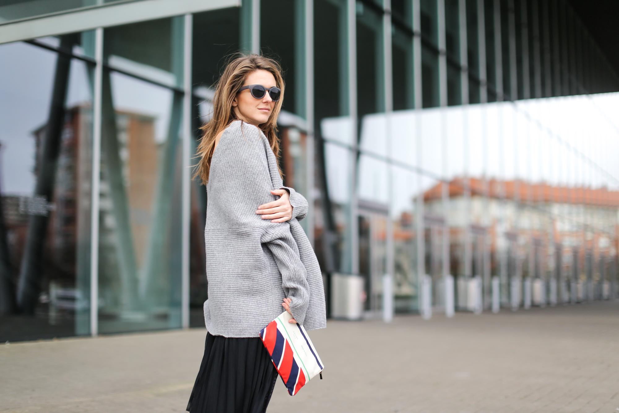 Clochet-streetstyle-zara-oversized-grey-knit-adidas-gazelle-suiteblanco-falda-plisada-celine-paris-clutch-9