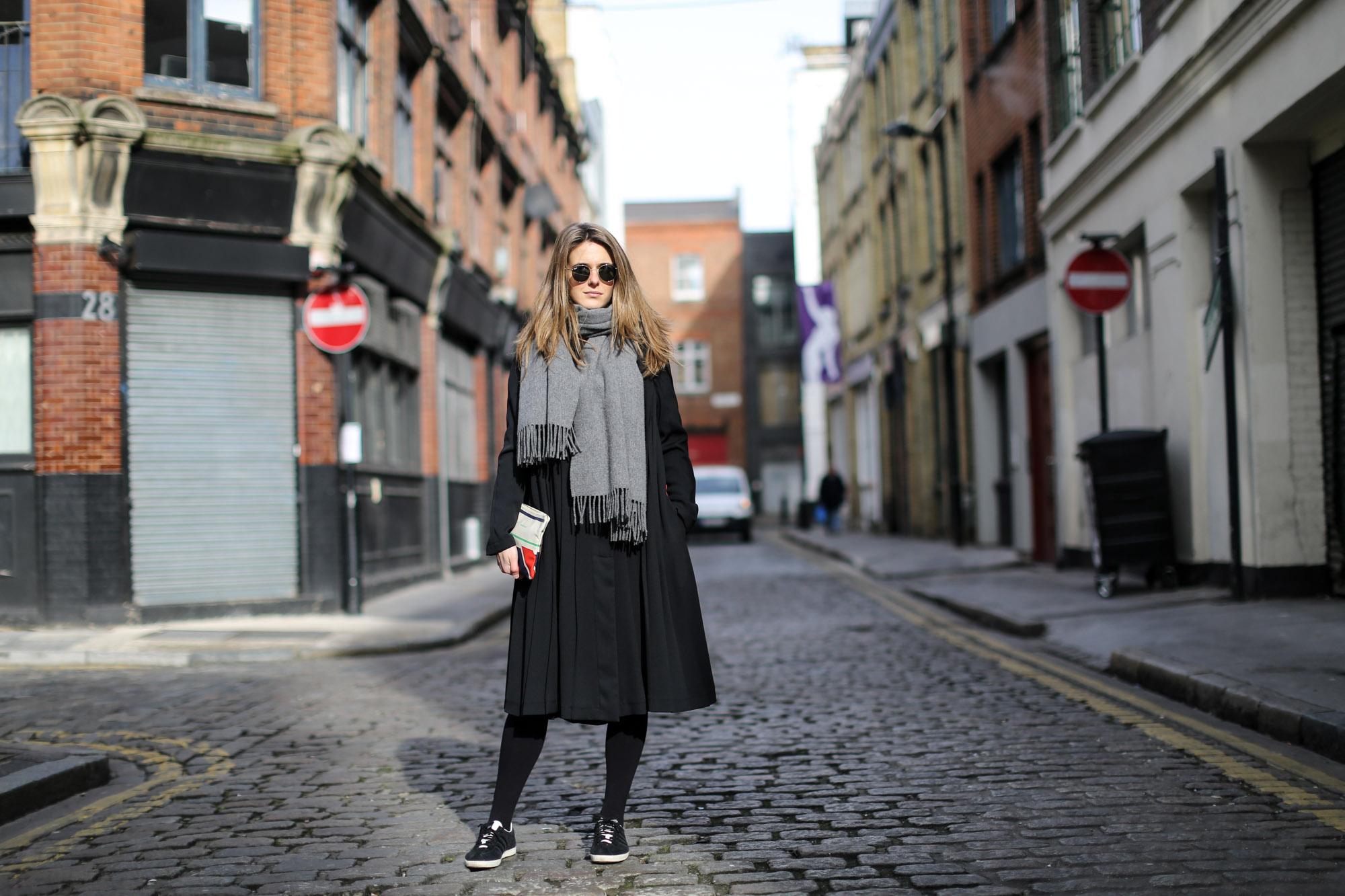 Clochet-celine-clutch-adidas-gazelle-h&m-trend-dress-cos-coat-4