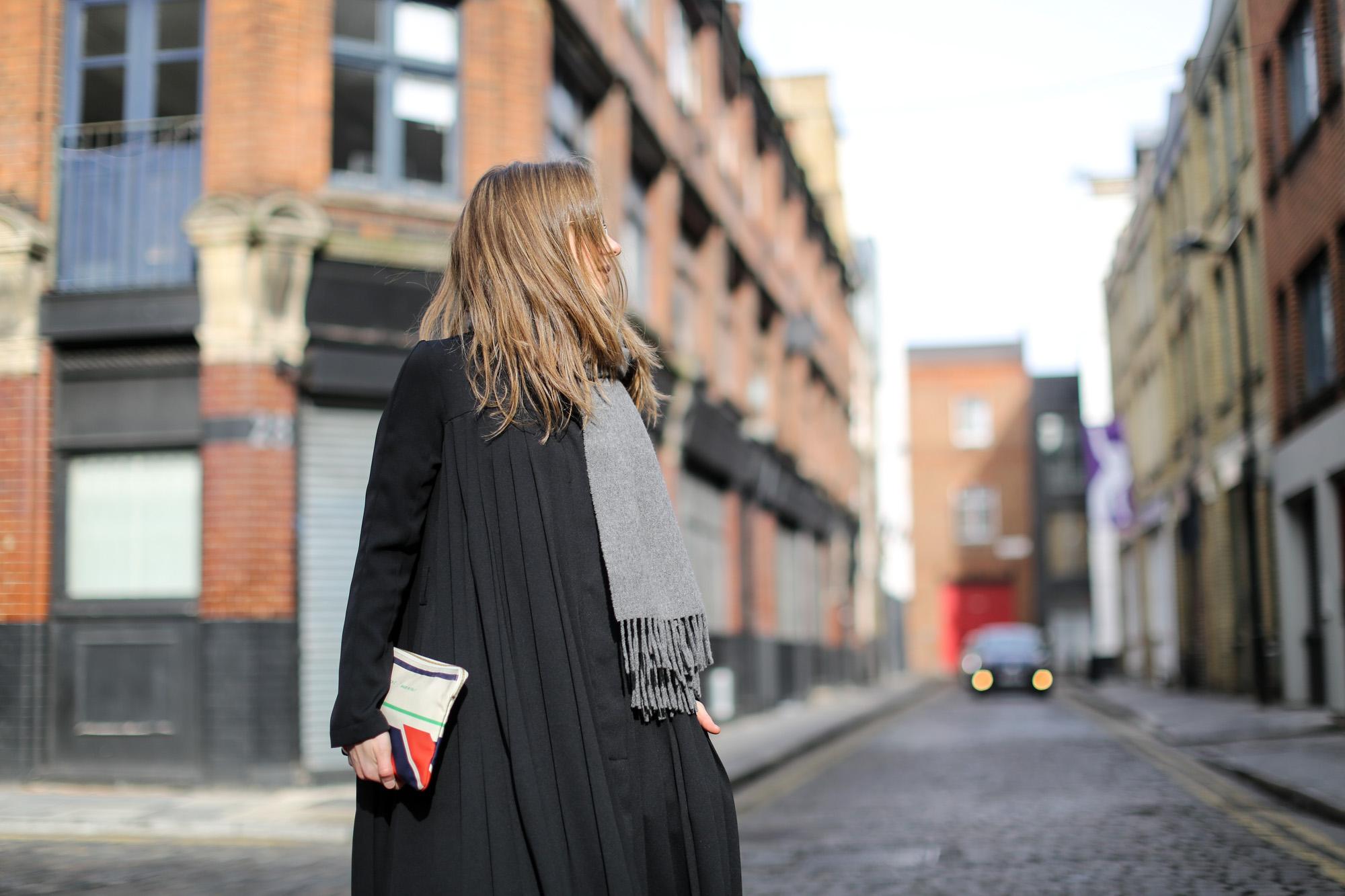 Clochet-celine-clutch-adidas-gazelle-h&m-trend-dress-cos-coat-5