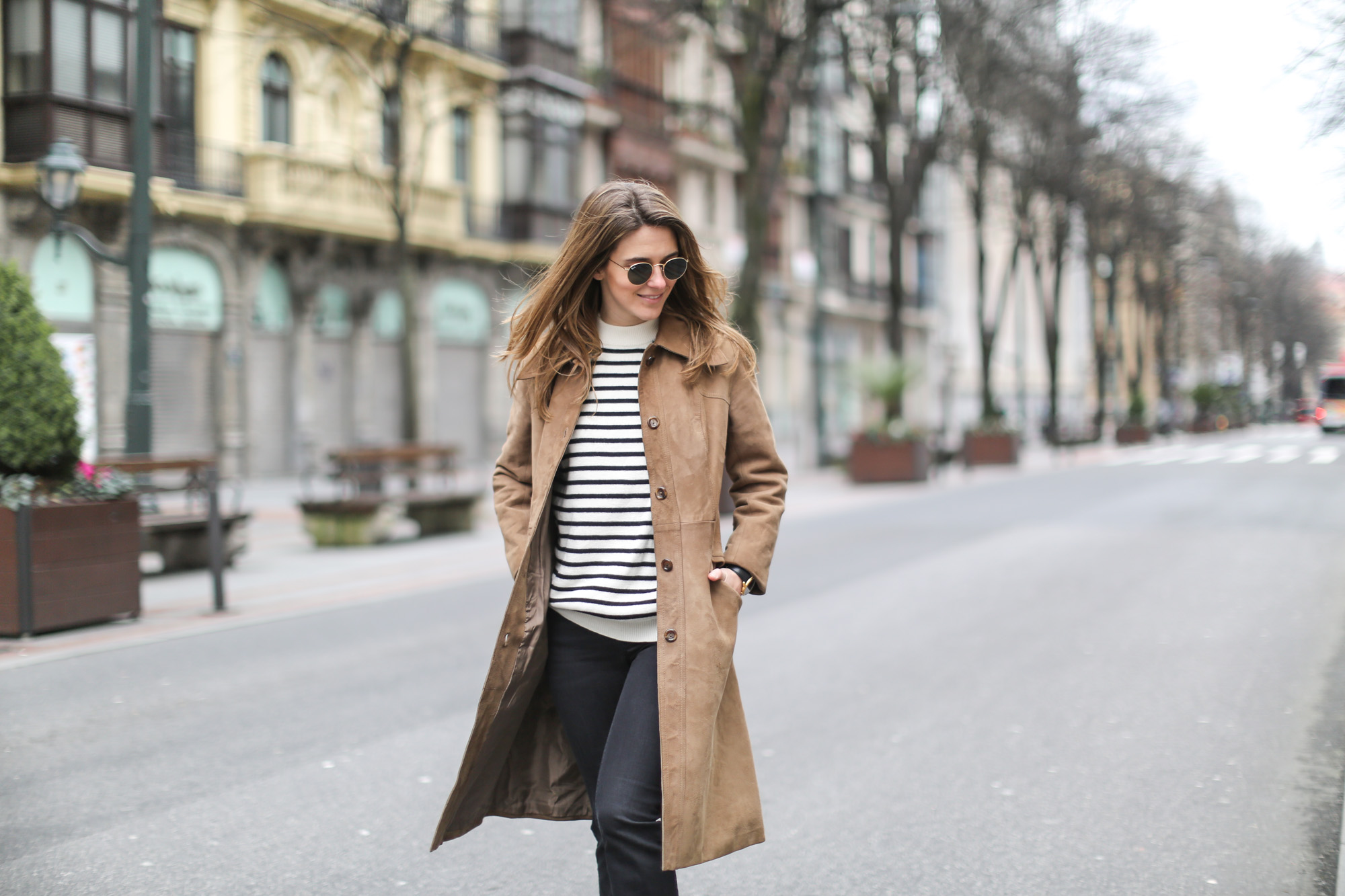 Clochet-streetstyle-black-flared-jeans-suede-vintage-coat-finery-london-bag-11