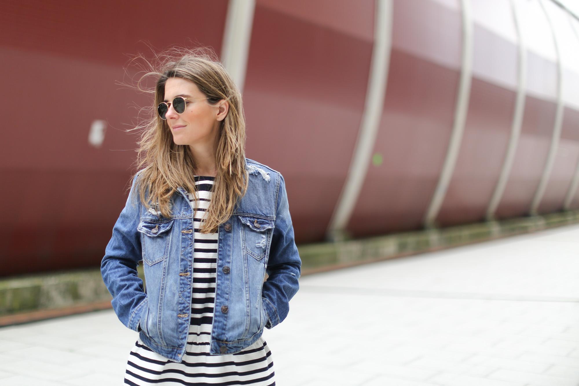Clochet-streetstyle-suiteblanco-denim-jacket-stripped-dress-superga-classic-navy