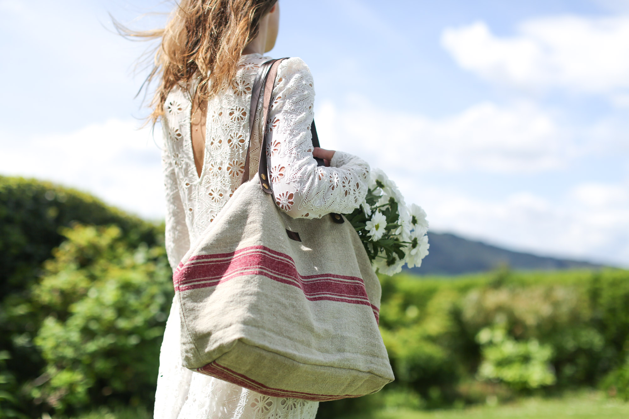 Clochet-streetstyle-zara-midi-embroided-white-dress-mg-bolsos-lino