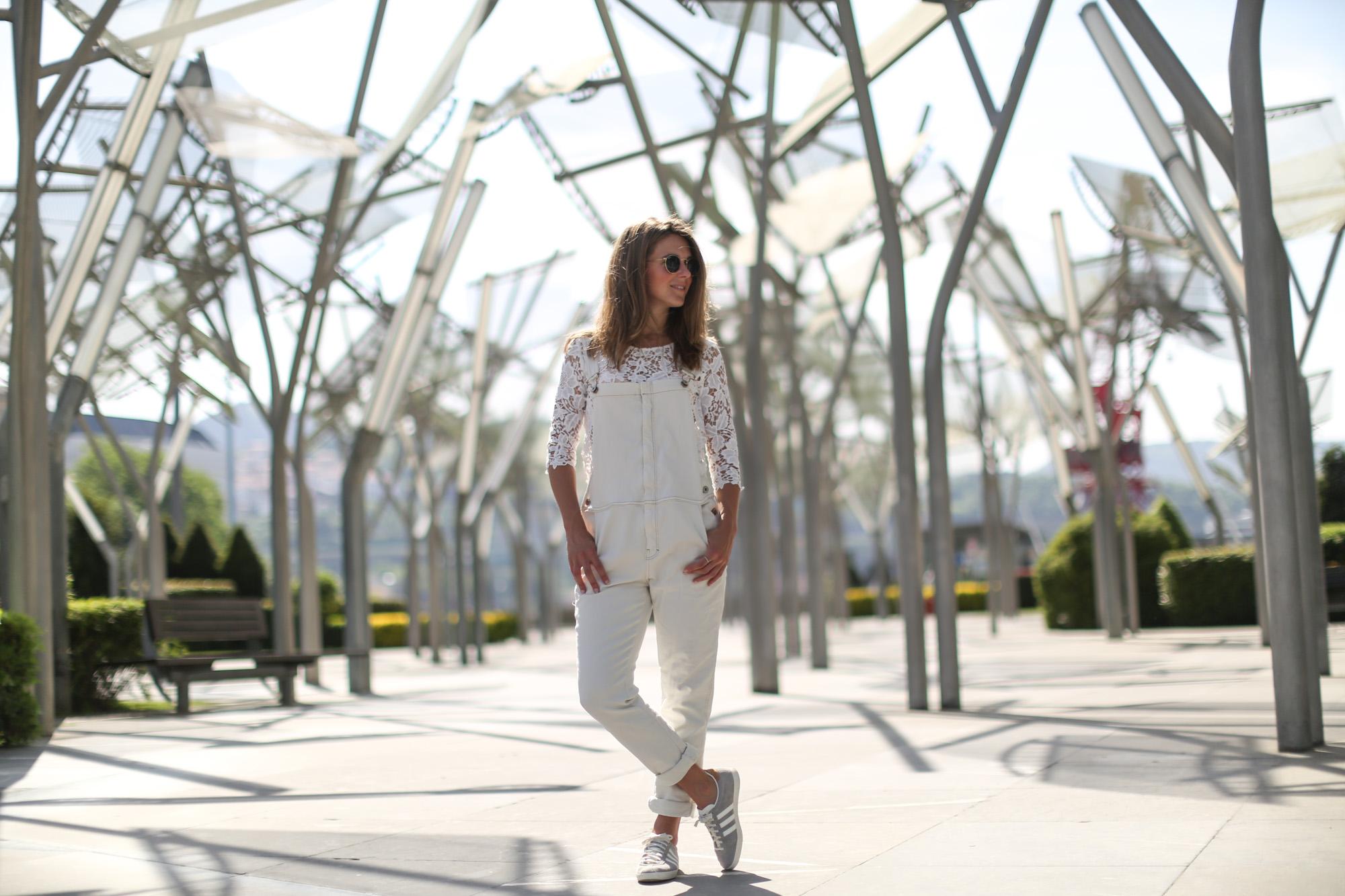 Clochet-streetstyle-mango-white-jumpsuit-grey-adidas-gazelle-4