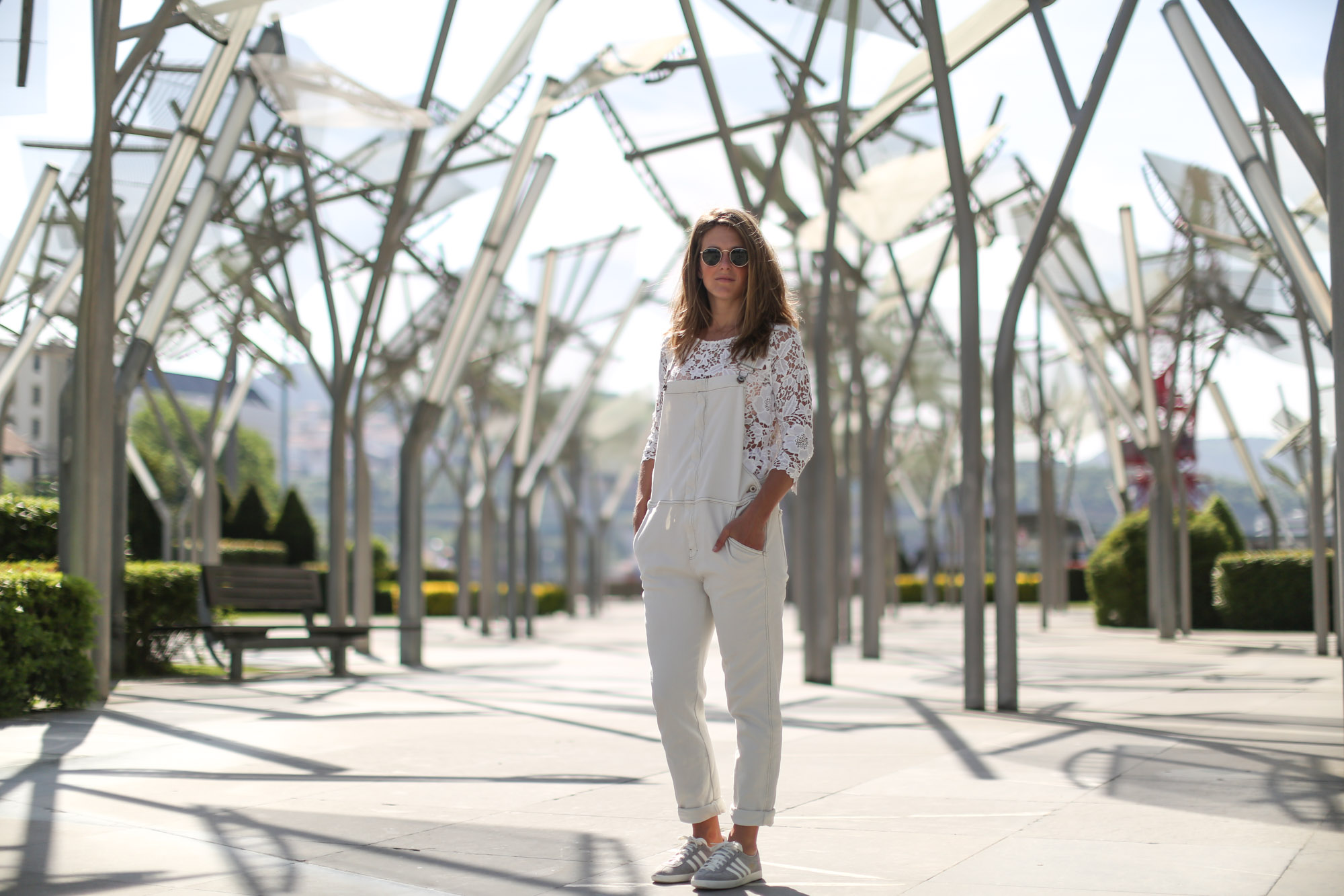 Clochet-streetstyle-mango-white-jumpsuit-grey-adidas-gazelle