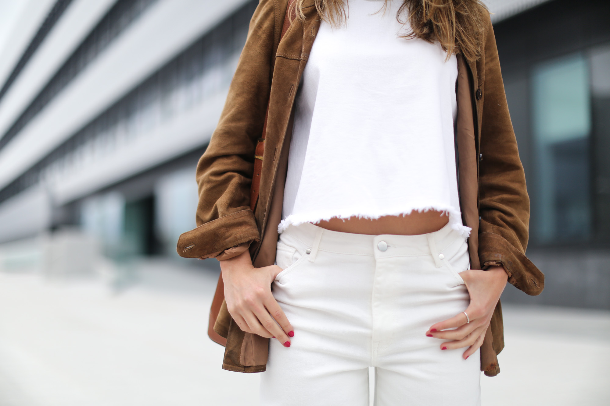 Clochet-streetstyle-white-cropped-jeans-vintage-suede-jacket-bucket-bag-4