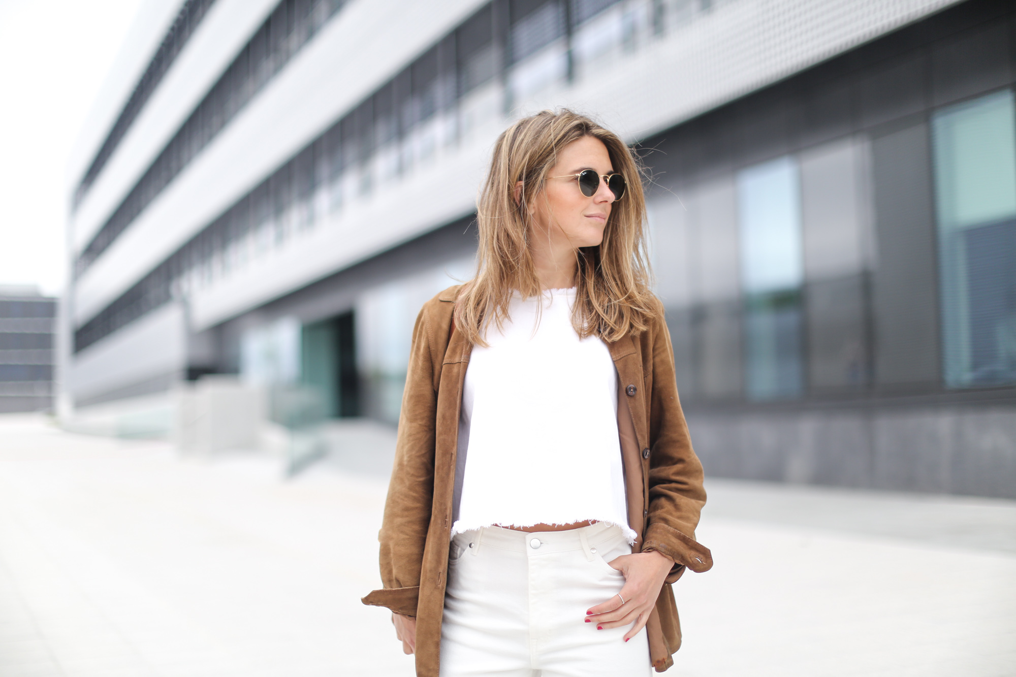 Clochet-streetstyle-white-cropped-jeans-vintage-suede-jacket-bucket-bag-7