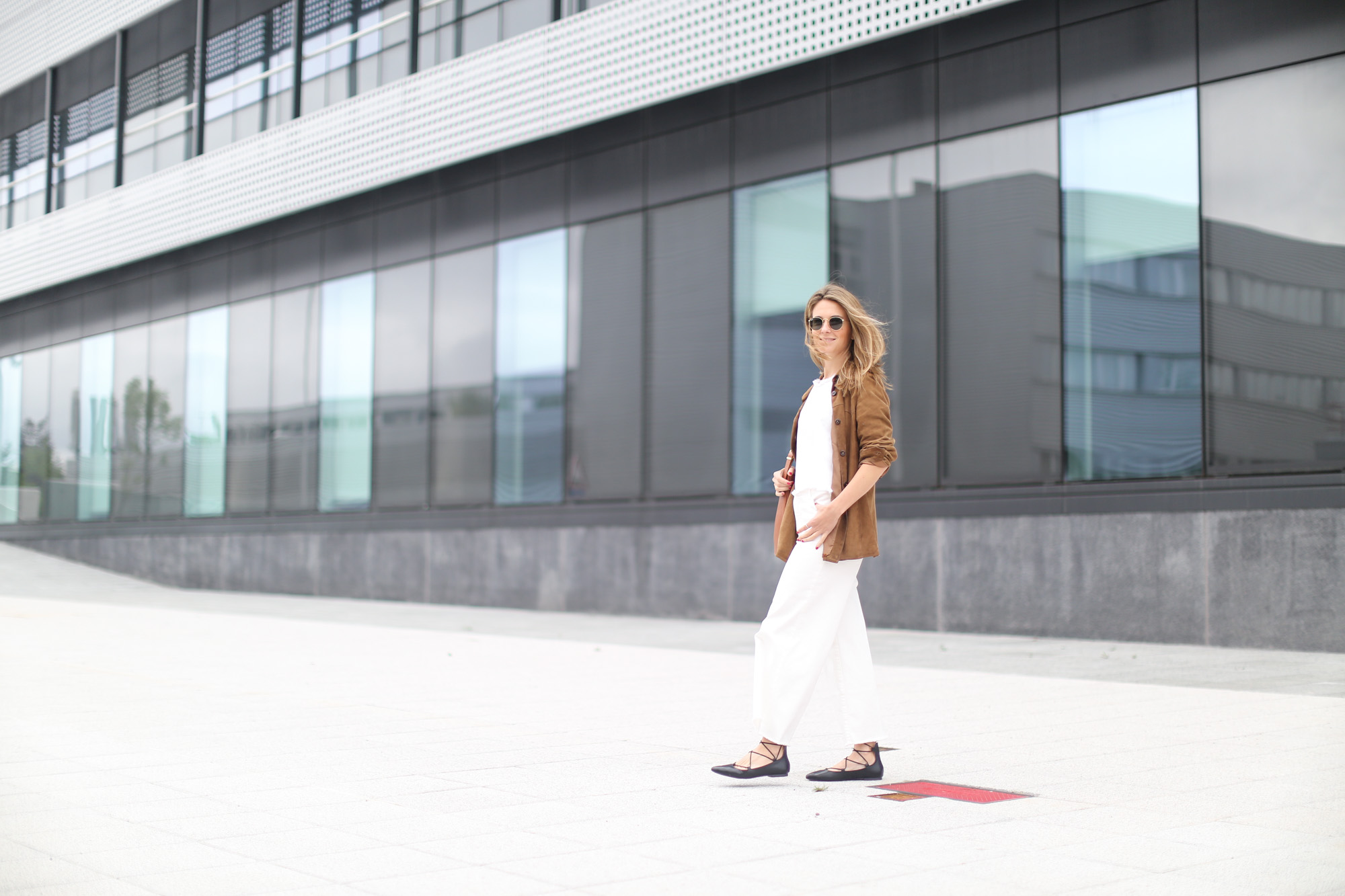 Clochet-streetstyle-white-cropped-jeans-vintage-suede-jacket-bucket-bag-8