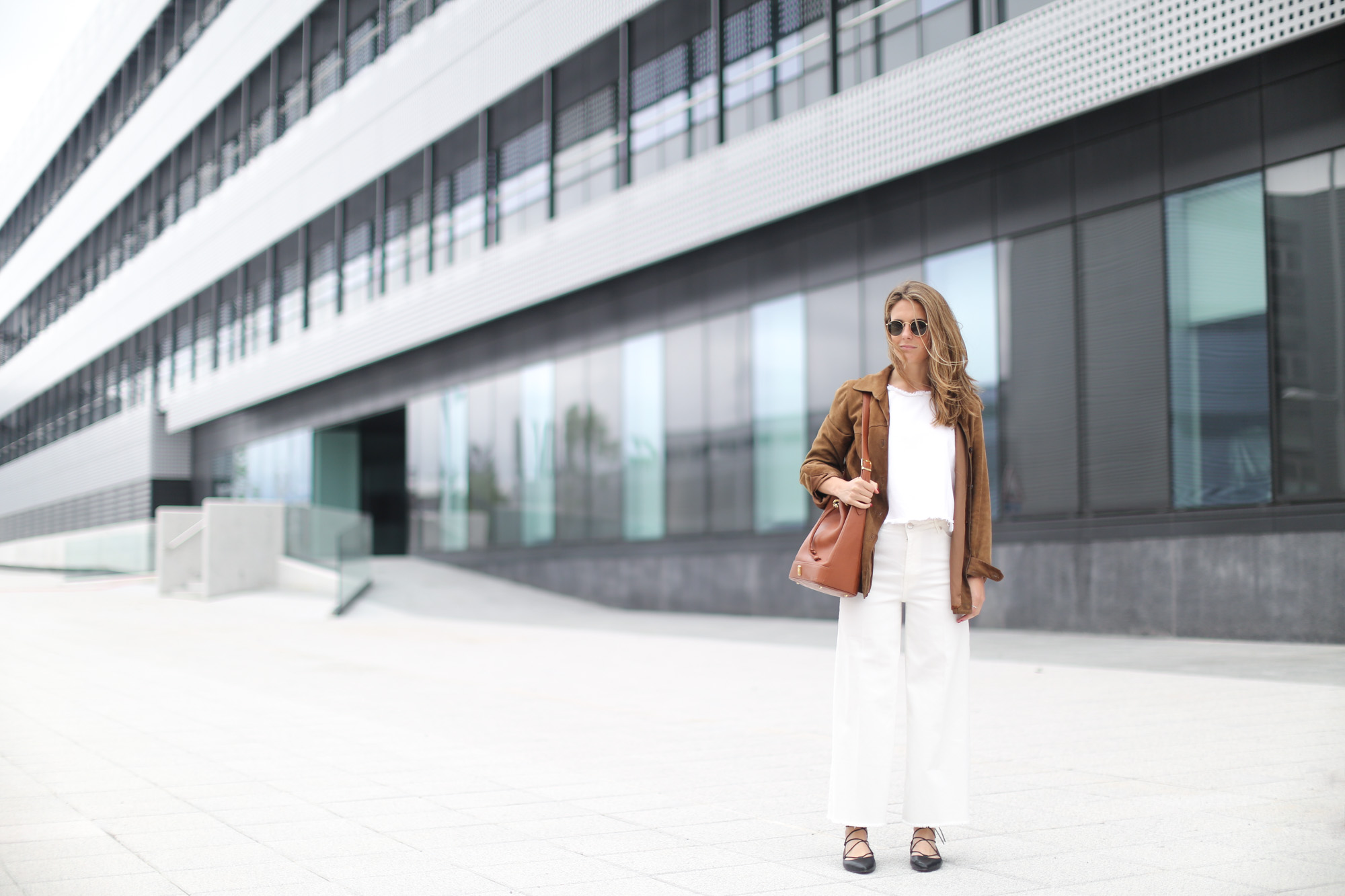 Clochet-streetstyle-white-cropped-jeans-vintage-suede-jacket-bucket-bag-9