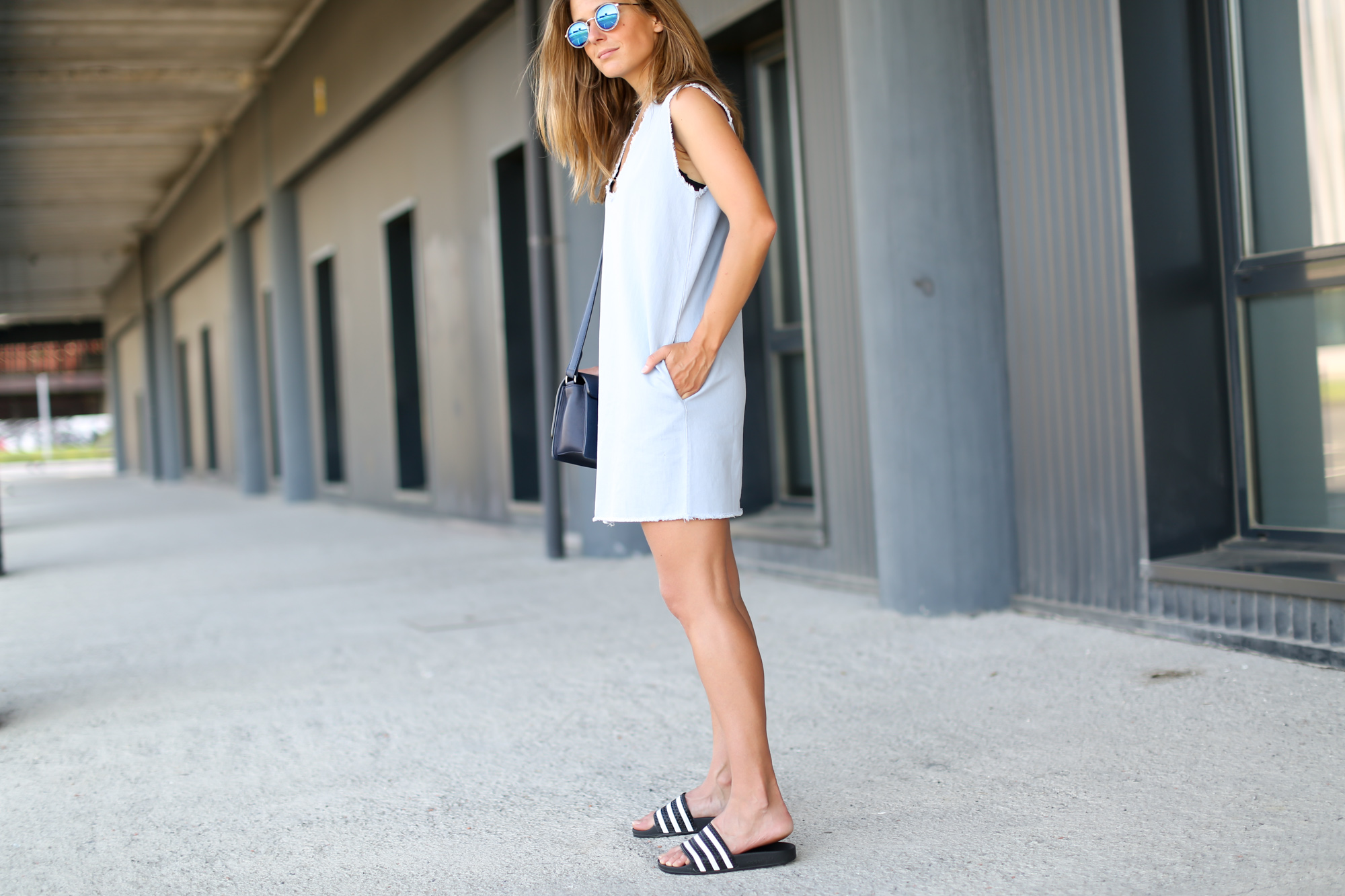 Clochet-streetstyle-adidas-adilette-bimba&lola-denim-dress-otherstories-leather-bag-6