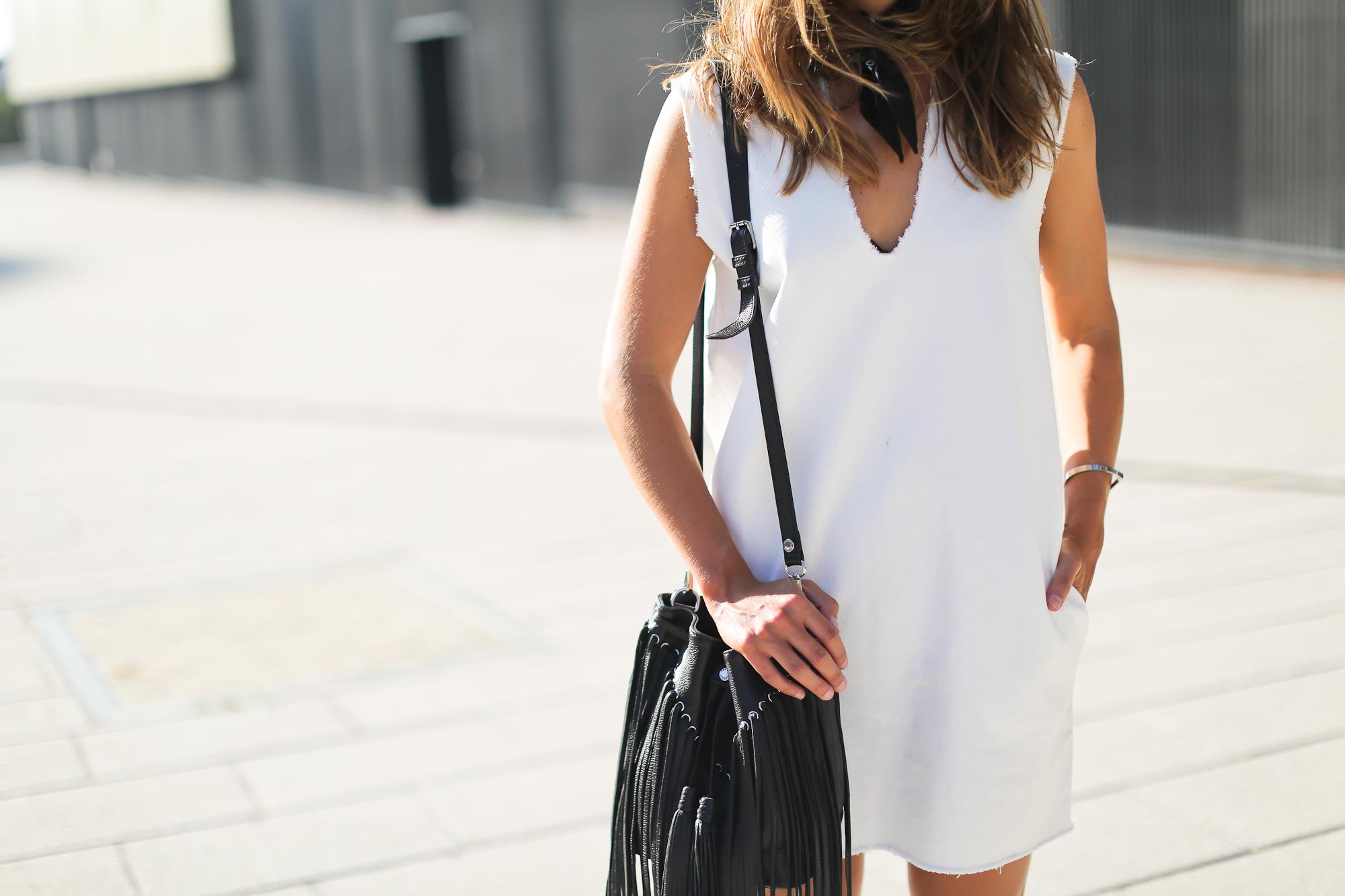 Clochet_streetstyle_maje_suede_fringed_jacket_bimbaylola_denim_white_dress-2